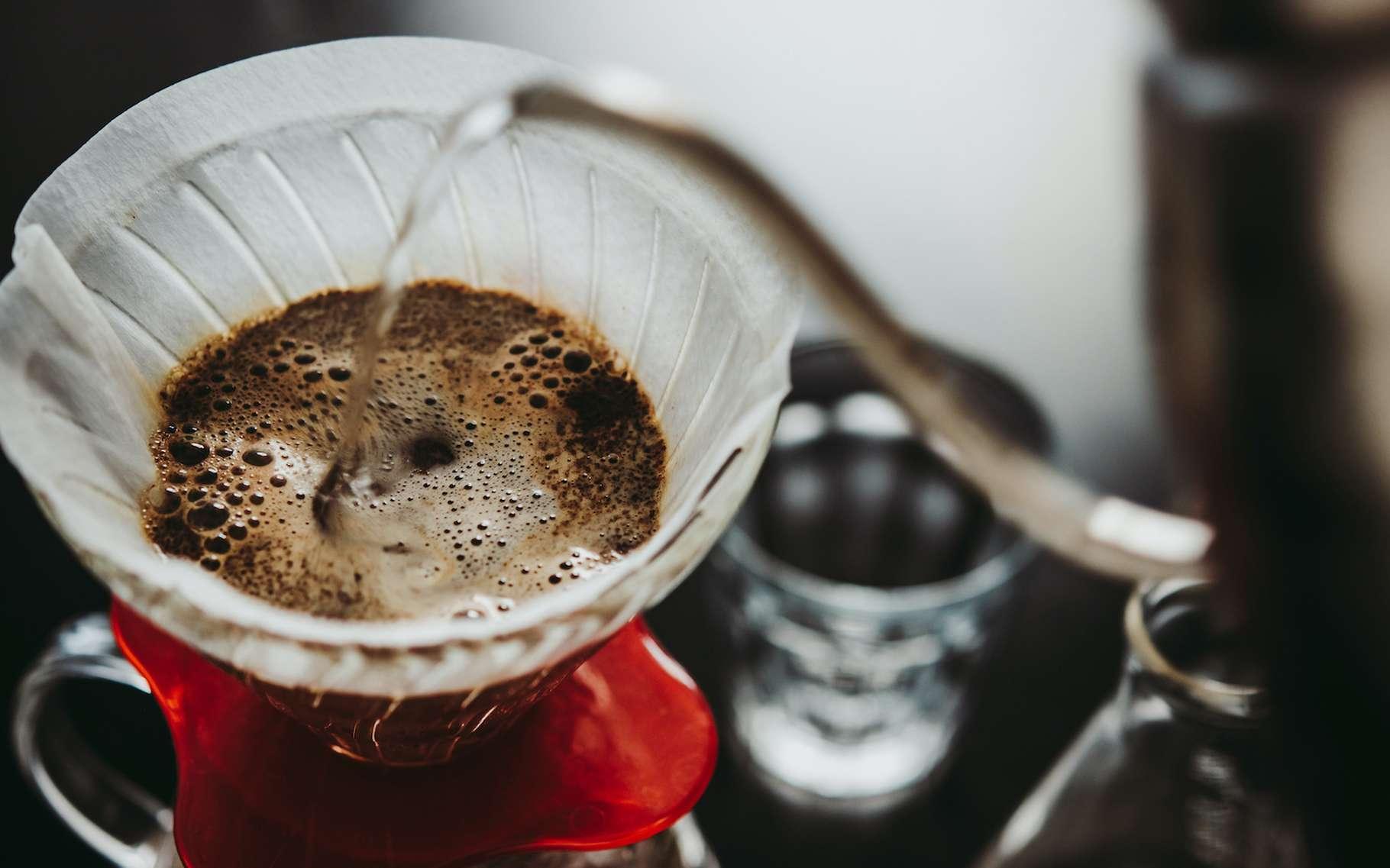 Le terme de lixiviation se rapporte aux techniques d'extraction de substances solubles par un solvant et notamment par l'eau. Le café filtre en est un exemple du quotidien. © Gregory Lee, Adobe Stock