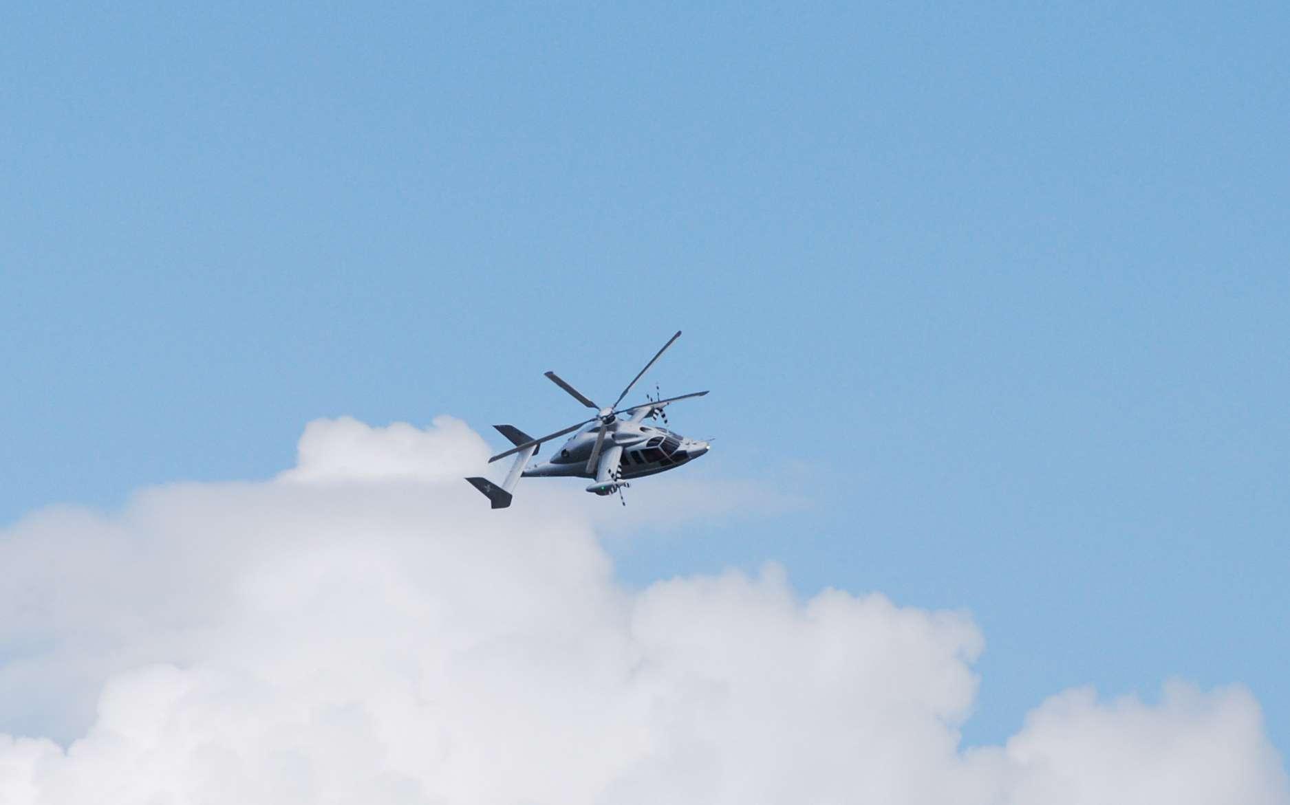 Présenté en première mondiale au Salon du Bourget, l'X3 d'Eurocopter a réalisé son premier vol en septembre 2010. Il affiche une trentaine d'heures de vol et atteint la vitesse de 430 kilomètres, un exploit remarquable pour un hélicoptère. © Rémy Decourt