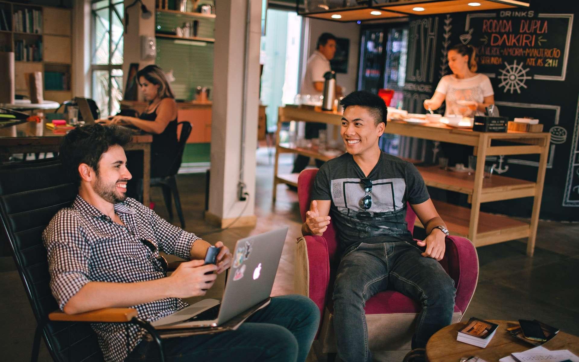 Être dans un espace de travail partagé, c'est aussi échanger avec les autres coworkers et créer un réseau pro rapidement. Helena Lopes, Pexels