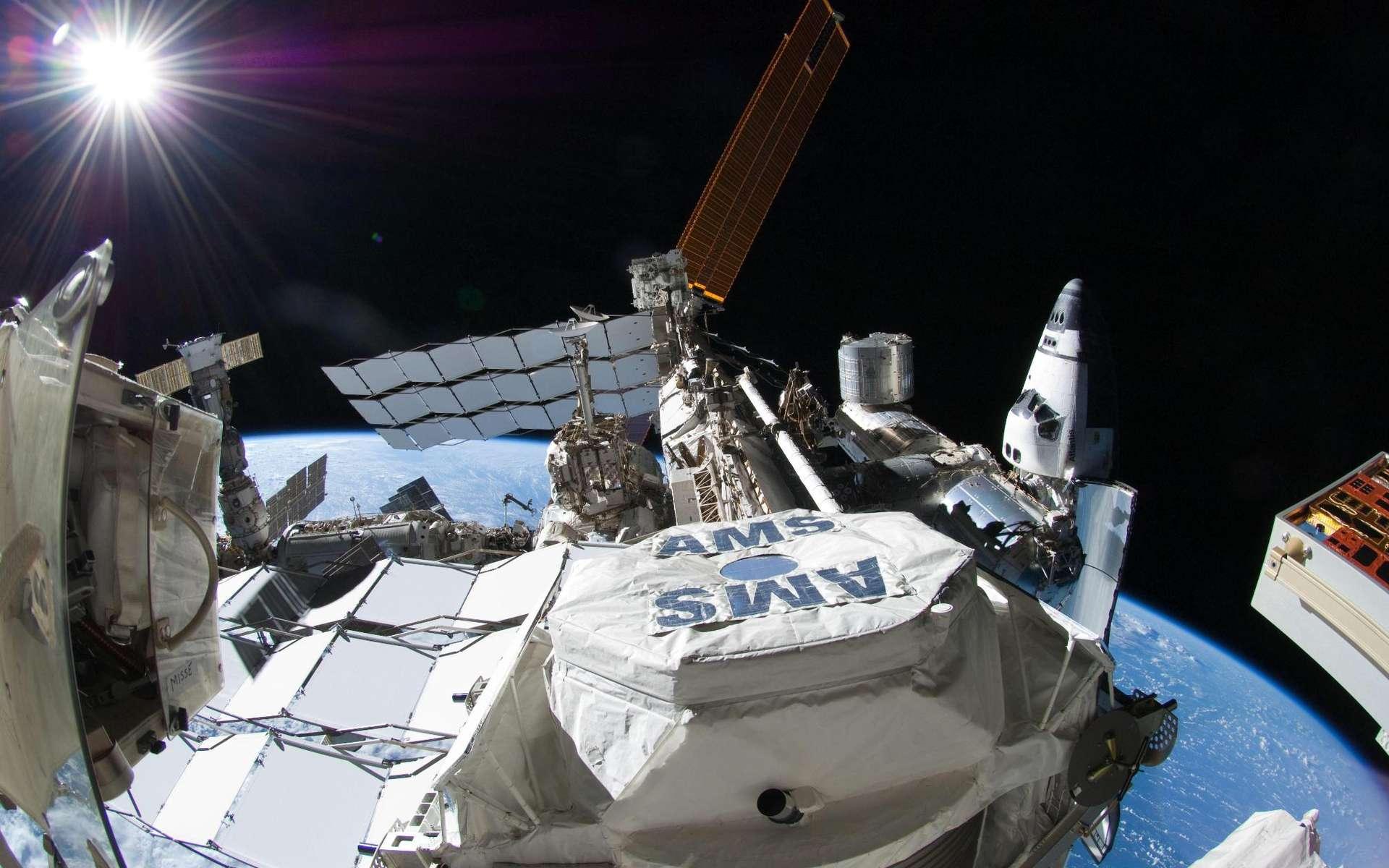 Le détecteur de rayons cosmiques AMS a rejoint l'espace via la navette spatiale Endeavour le 16 avril 2011. Il a été installé sur l'ISS et devrait permettre de mesurer et de caractériser les flux de rayons cosmiques durant au moins dix ans. © Nasa