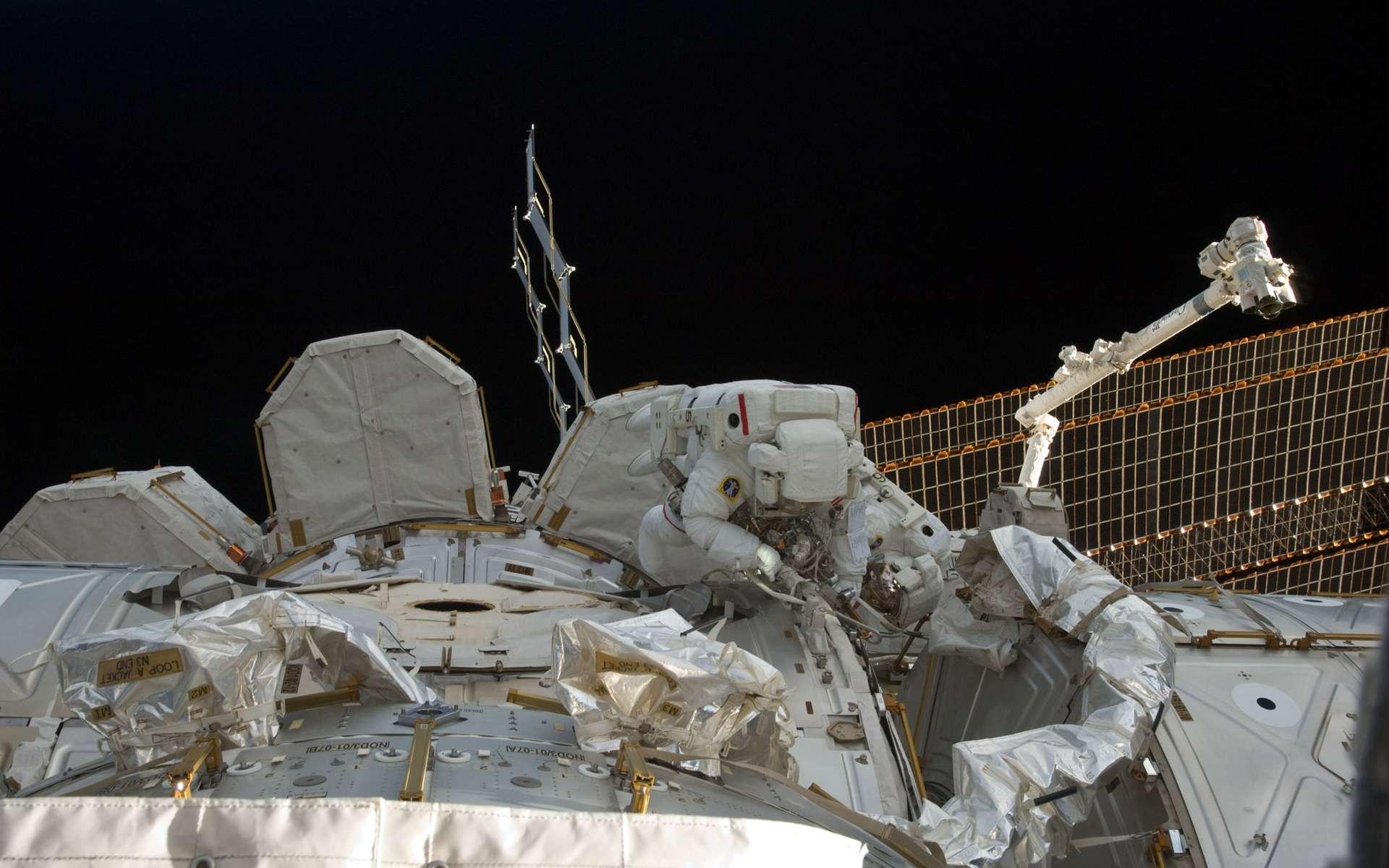 La première des deux sorties extravéhiculaires de la mission de Discovery (STS-133) s'est bien déroulée malgré un problème technique sans conséquence pour les deux astronautes, les Américains Bowen et Drew. Amusez-vous à les identifier tous les deux sur cette photo ! © Nasa