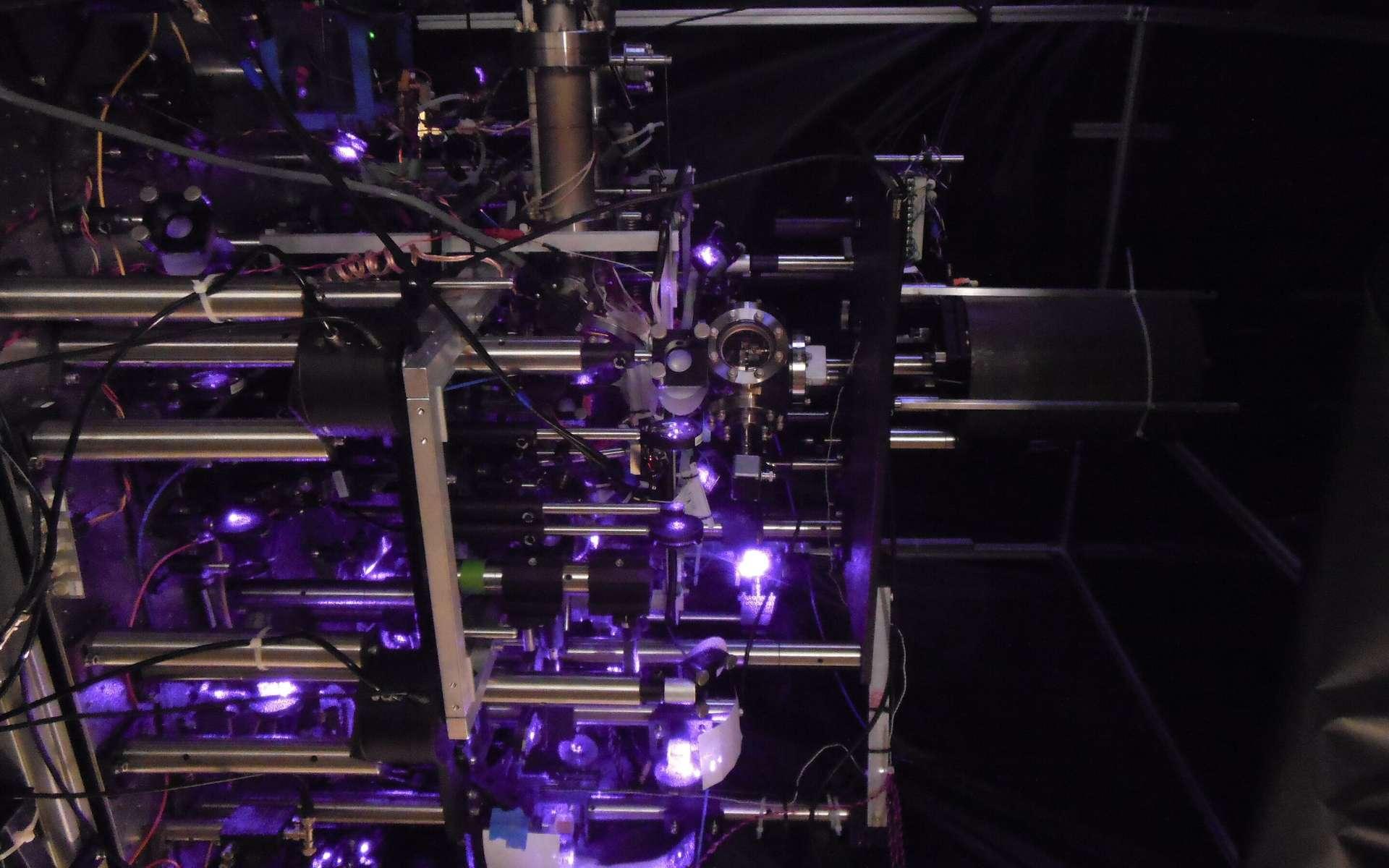 Un laser violet permet de faire flotter les atomes en état quantique et de mesurer leur état. © Victoria Xu