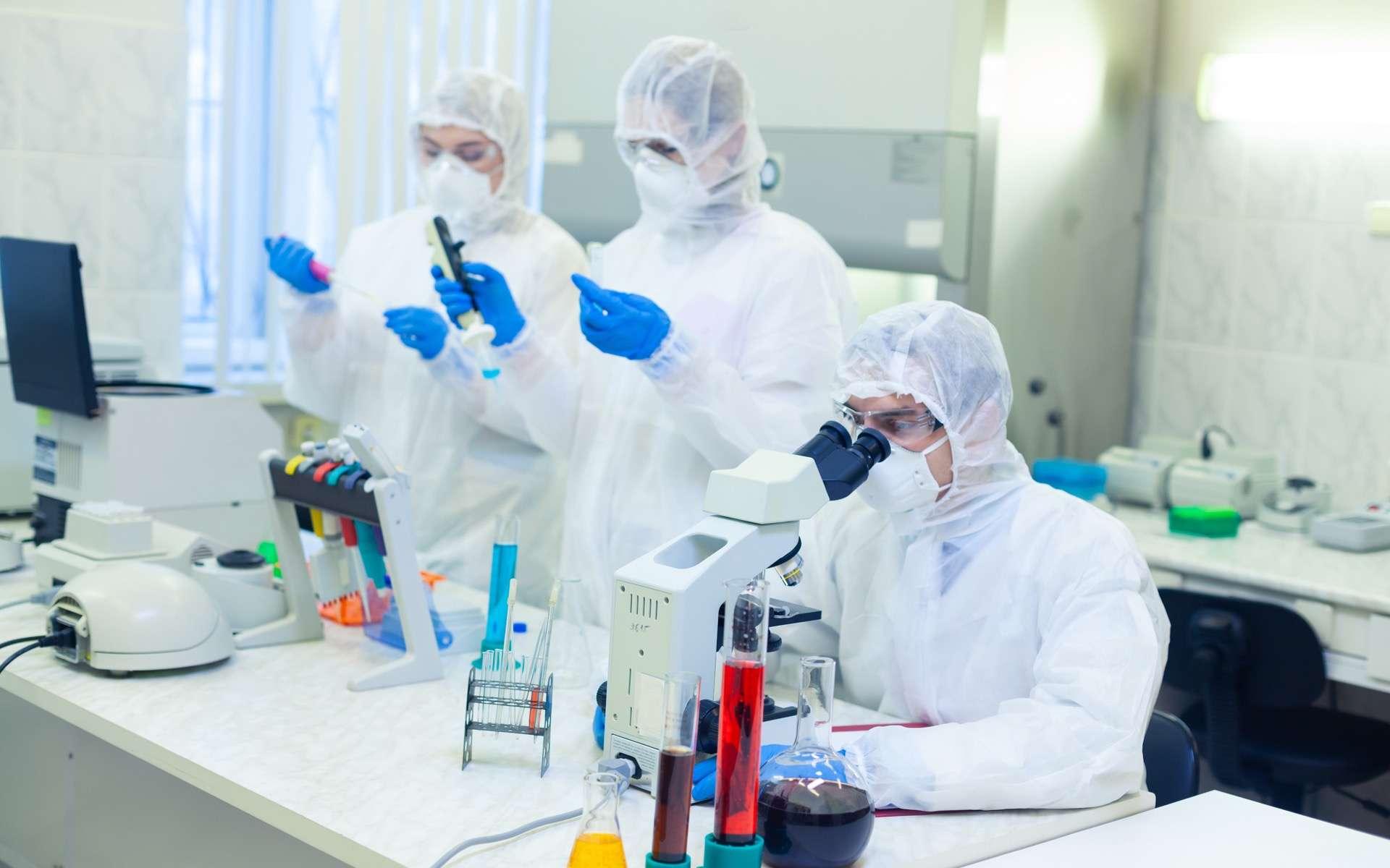 Le laboratoire américain Regeneron teste plusieurs pistes thérapeutique : des médicaments antiviraux, de type antibiotiques, et l'immunothérapie via les anticorps monoclonaux. © Satyrenko, Adobe Stock