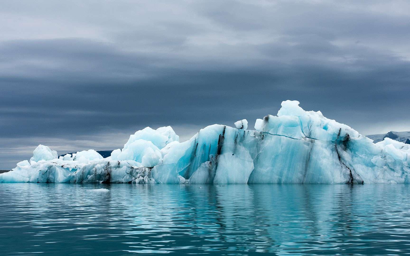 Le glacier du Khumbu (Himalaya, région de l'Everest) en décembre, avec ses grands pénitents de glace, qui, à l'origine, sont des séracs (blocs de glace) ayant subi une intense ablation. © IRD, Bernard Francou, Tous droits réservés, http://www.indigo.ird.fr/fr