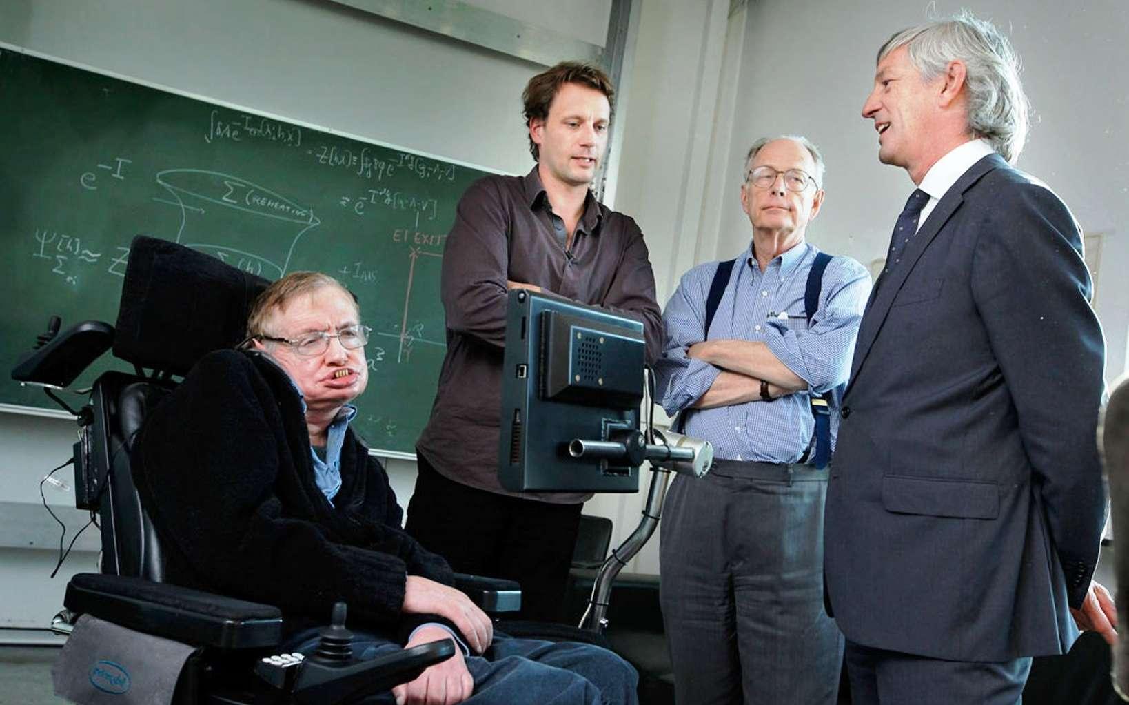 En 1983, James Hartle a développé avec Stephen Hawking une version quantique de la théorie de la relativité d'Einstein en cosmologie. Il s'agit du célèbre modèle sans bord de Hartle-Hawking. De gauche à droite Stephen Hawking, Thomas Hertog et James Hartle. © K.U.Leuven, Rob Stevens