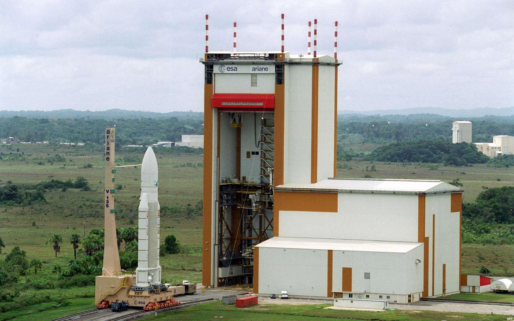Retour sur le pas de tir pour Ariane 5. A l'image, le lanceur V135 sortant du bâtiment d'assemblage final pour rejoindre ELA-3 (novembre 2000). Crédits Esa /Cnes/Arianespace - S. Corvaja