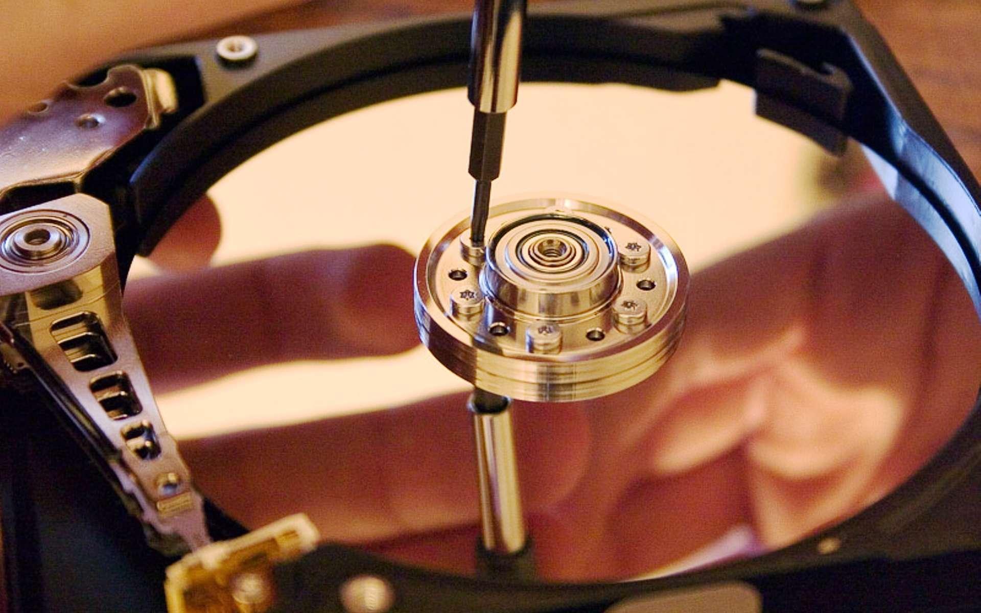 Un exemple de mémoire magnétique, un disque dur d'ordinateur. Il peut être utilisé à température ambiante. © CC BY-SA 3.0