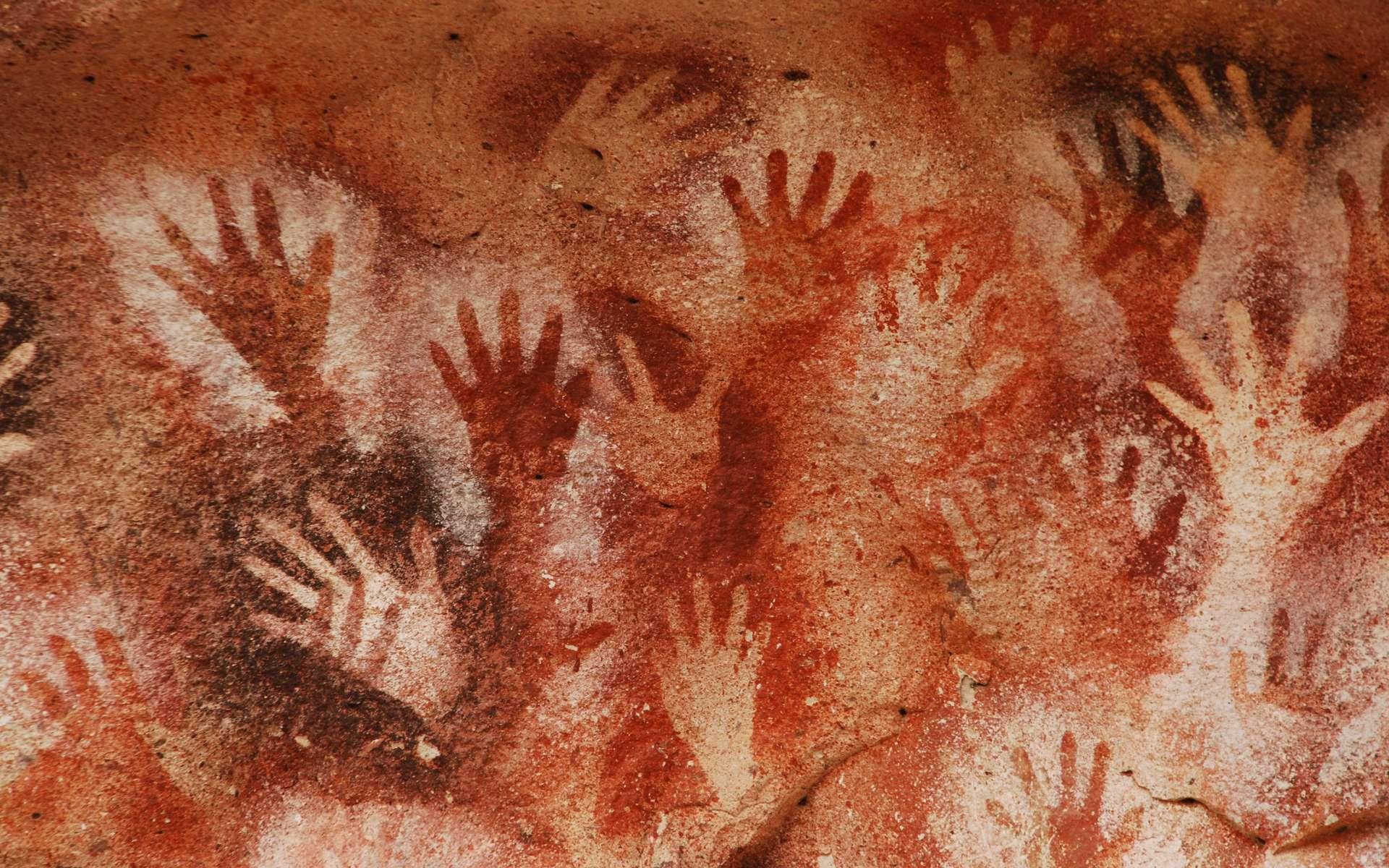 Les mains sont souvent présentes dans les peintures rupestres. Les archéologues en ont trouvé sur les parois de La Serrania de La Lindosa. Ici, la Cueva de las Manos, en Argentine. © alphacero, Adobe Stock