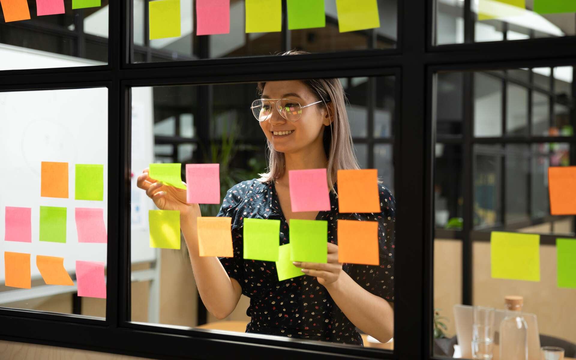 Le scrum master organise le travail de ses collègues afin de rendre l'équipe efficace et productive. © fizkes, Adobe Stock.