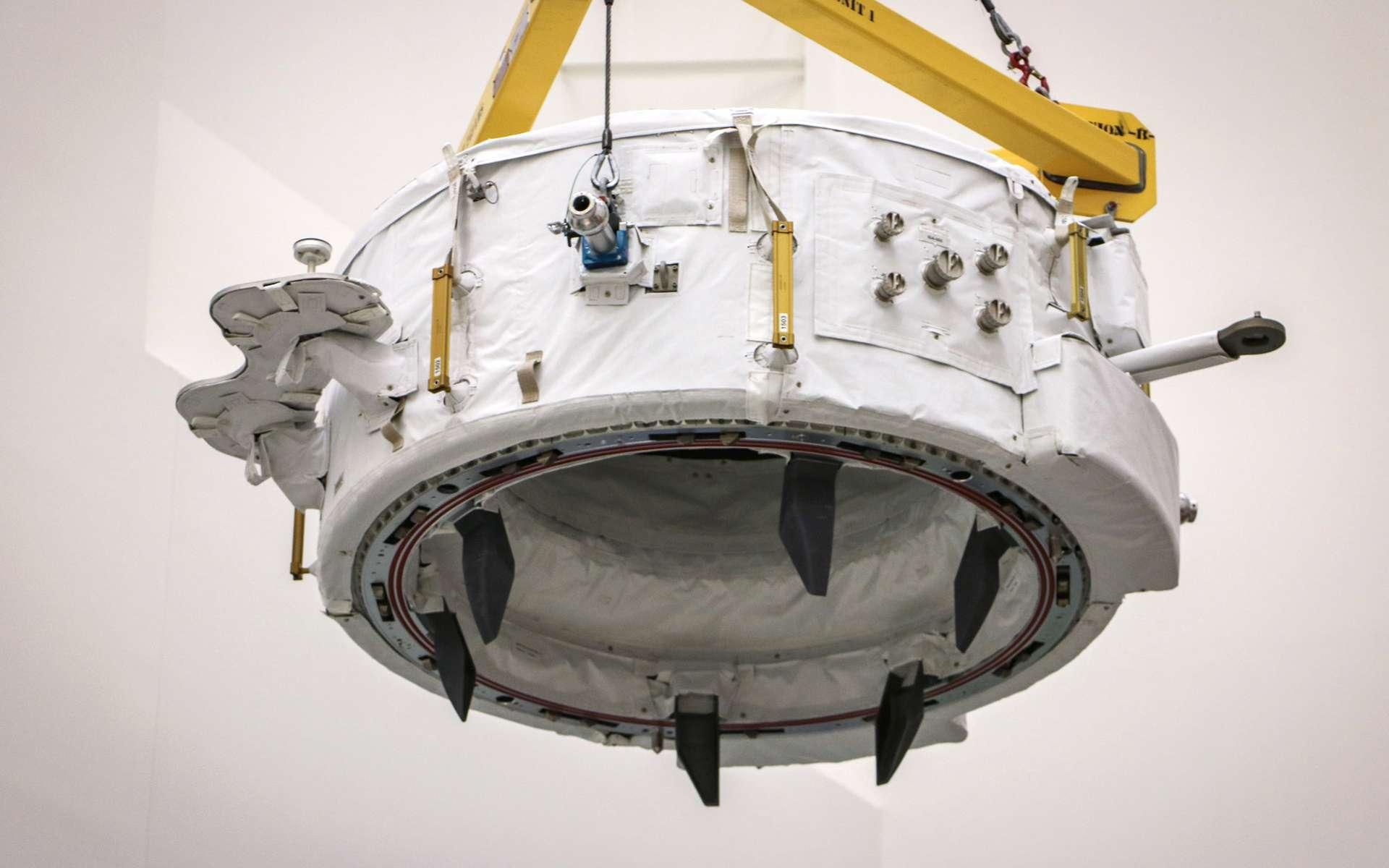 Un des deux adaptateurs pour amarrer à la Station spatiale les véhicules habités de SpaceX et de Boeing. Il est vu ici lors de son installation dans la partie non pressurisée de la capsule Dragon qui l'a amené à bord de l'ISS en juillet 2016. Deux sont prévus. Le premier vient d'être installé et sera utilisé de façon permanente. La Nasa prévoit d'installer le deuxième dans le courant de l'année 2018. Il sera utilisé comme point d'amarrage de secours. © SpaceX