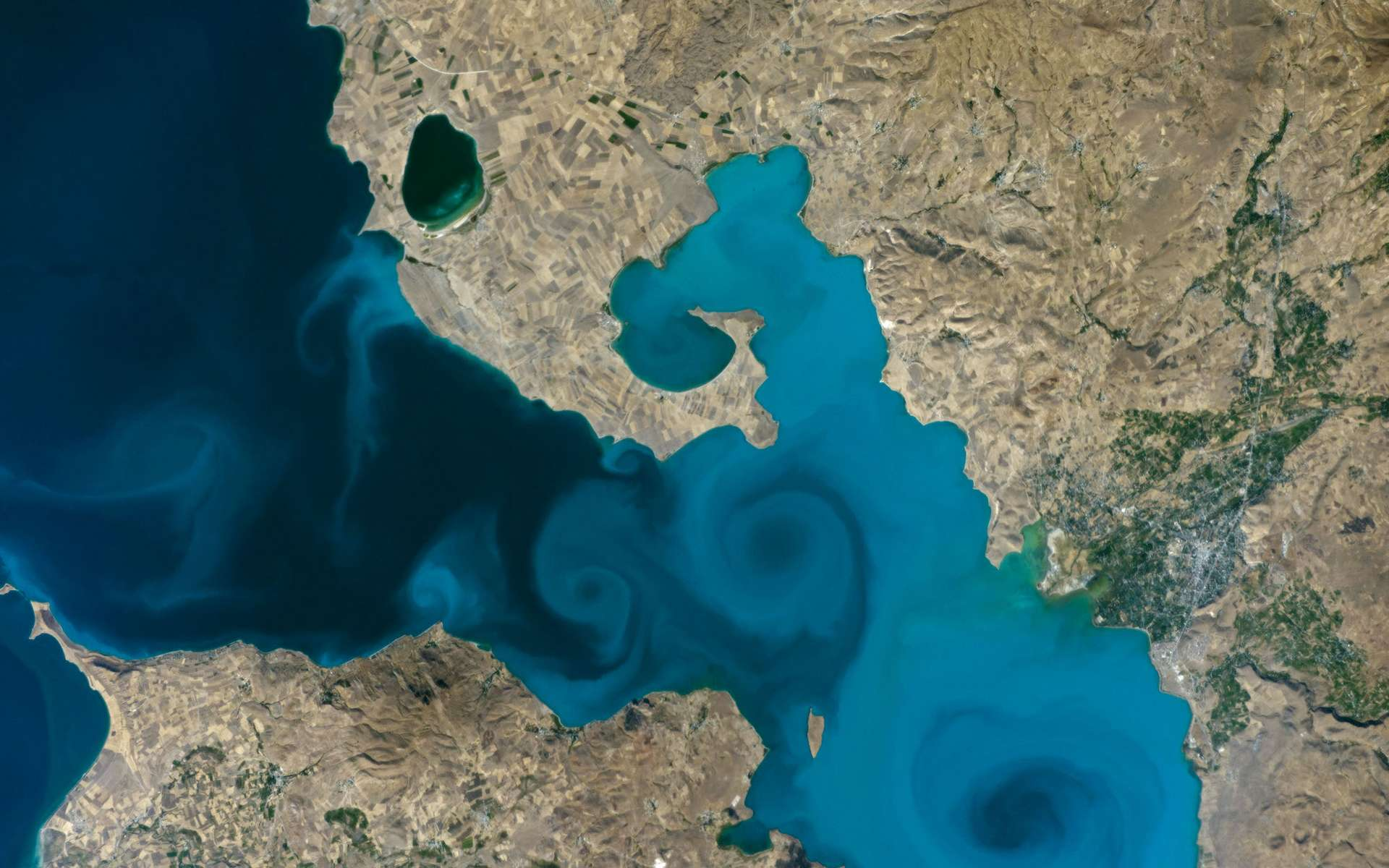 Lacs disparus, glaciers réduits, villes gigantesques... Sur 37 ans, Google Earth permet d'observer l'impact de l'homme et du réchauffement climatique sur la planète © Nasa Earth Observatory