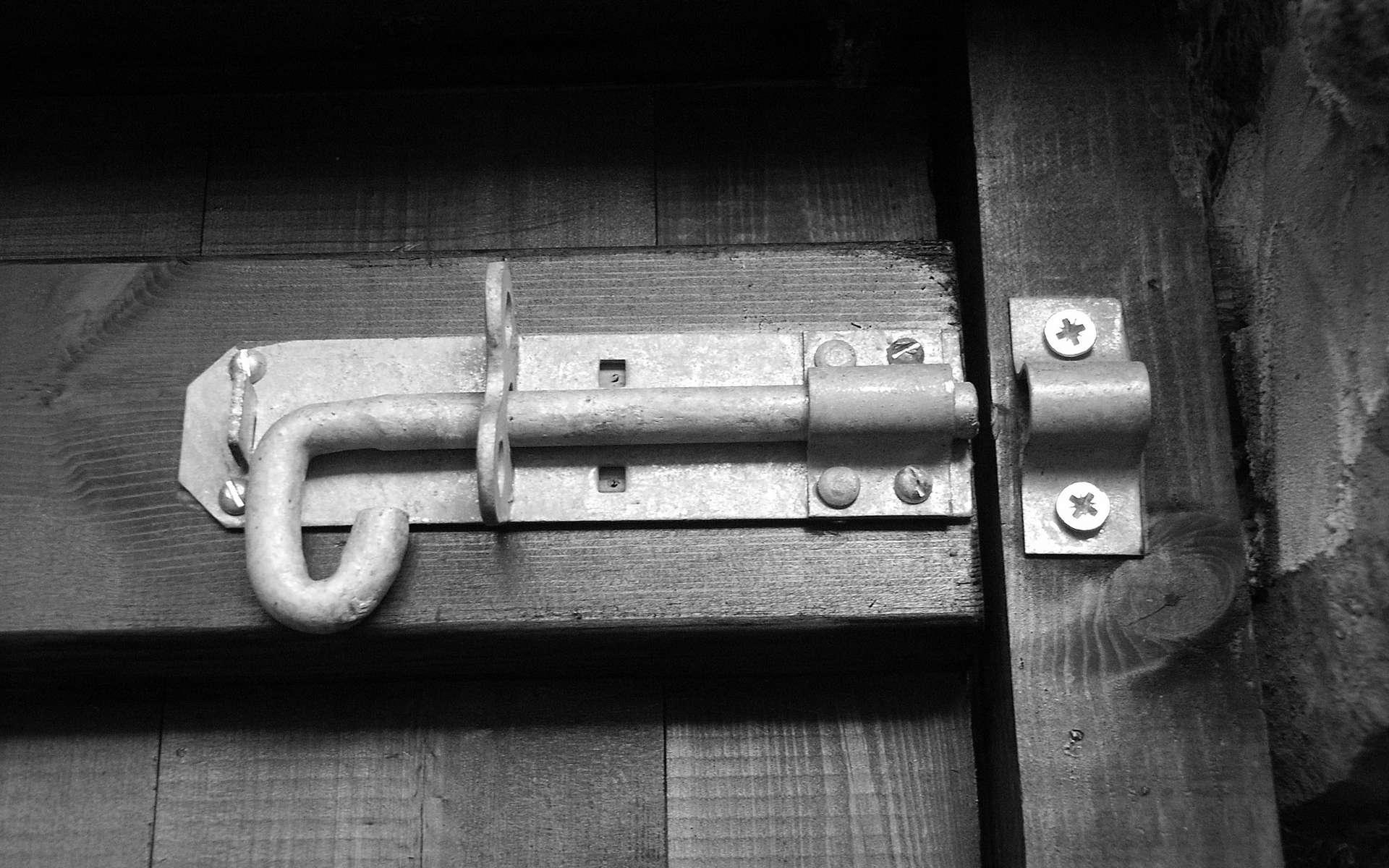 Le verrou est le système de fermeture par excellence. © Dave&Lynne Slater, CC BY 2.0, Wikimedia Commons