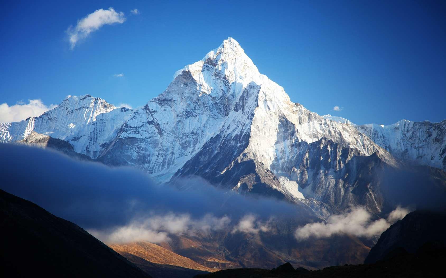 Le mont Everest, dans l'Himalaya, vu du camp de base (côté népalais). Sur le sommet le plus élevé de la Terre, qui culmine à 8.848 m, la pression atmosphérique est environ le tiers de celle au niveau de la mer. Un même volume d'air contient trois fois moins de molécules. © Tarik GOK, fotolia