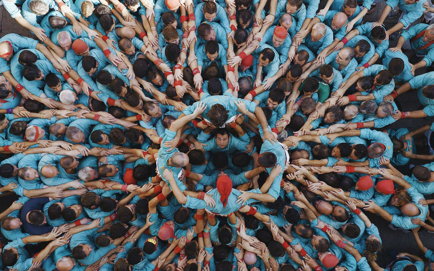 La caméra est ici en hauteur pour filmer ce « castell », tradition catalane pour former une tour humaine qu'escaladera un enfant. Mais pour Human, Yann Arthus-Bertrand filme surtout à hauteur d'homme. Son documentaire nous fait rencontrer des milliers de personnes que nous apprenons ainsi à mieux connaître. © Human The Movie