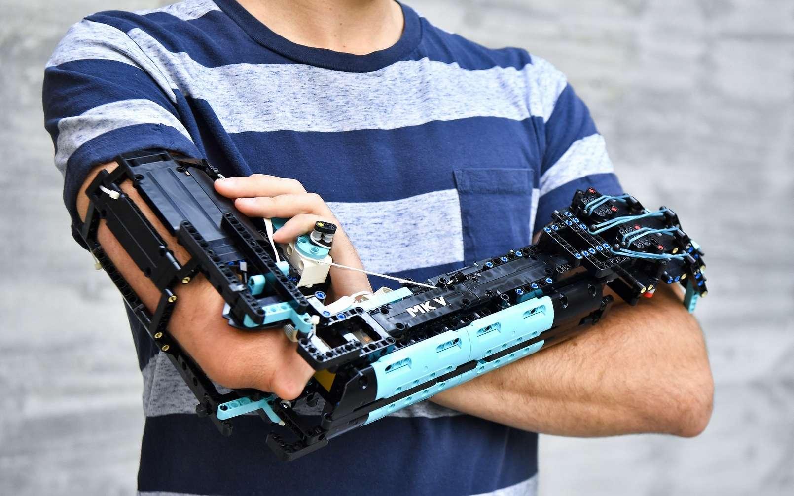 La prothèse de bras en Lego fabriquée par David Aguilar. © Pau Barrena/AFP