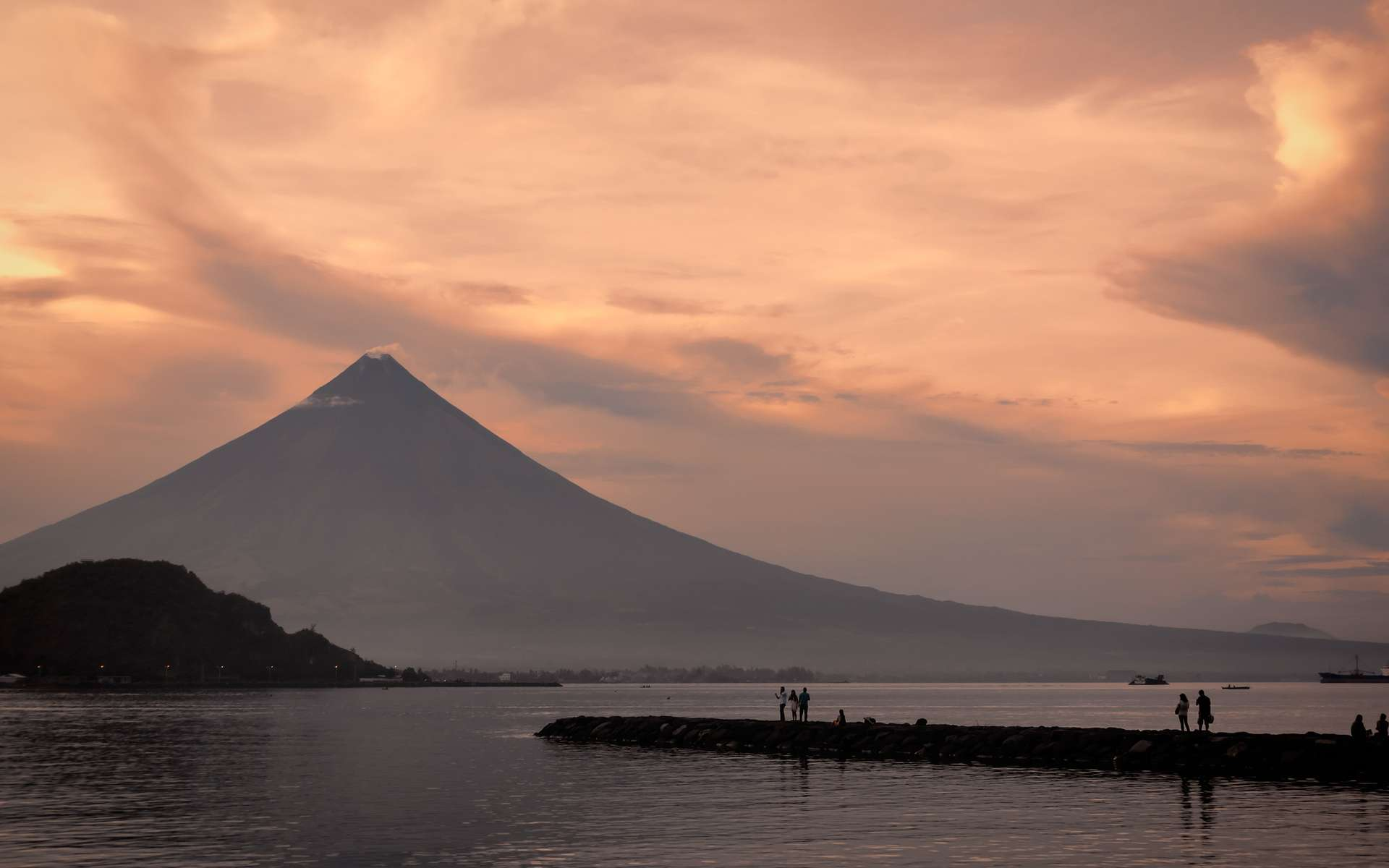 Le volcan Mayon est entré en éruption et menace les Philippines. Le voici en photo au soleil couchant. © ottosphotos, Fotolia