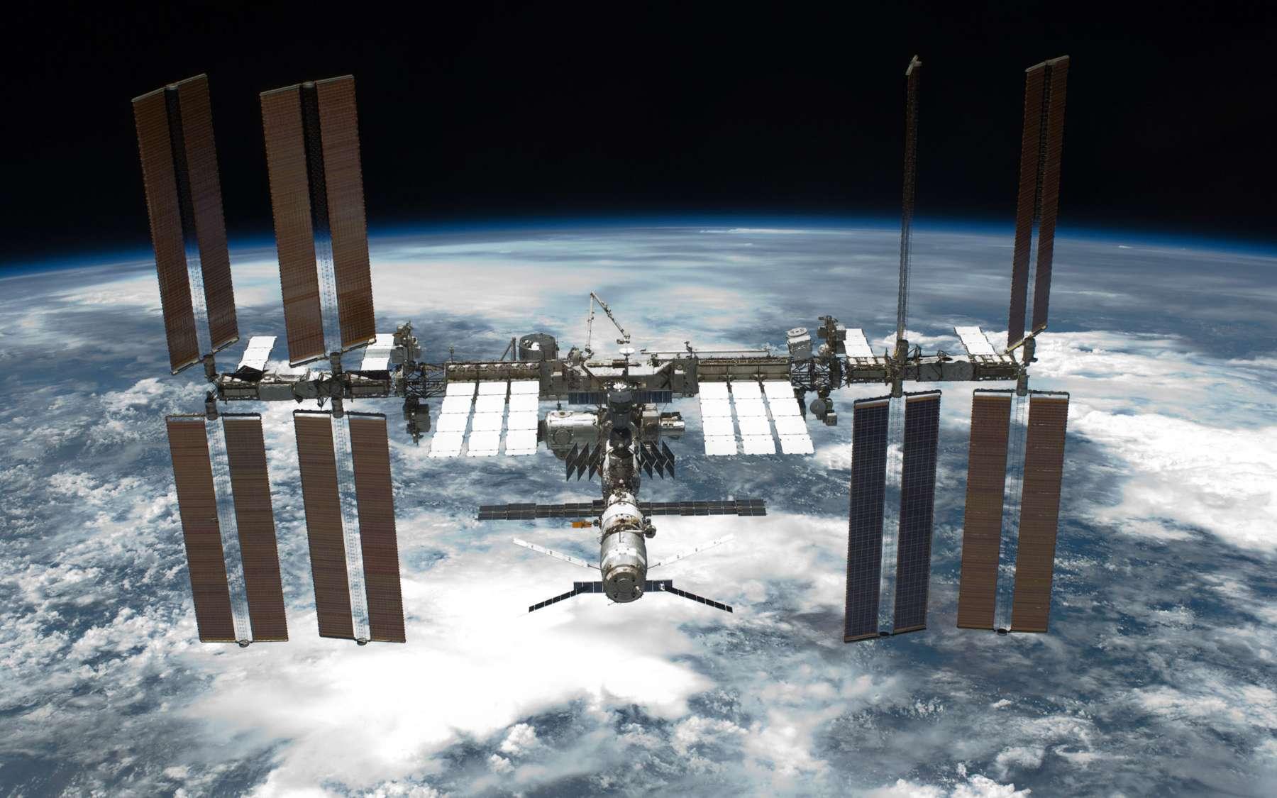 Succès politique et technologique sans précédent, tout au long de son histoire, le programme de la Station spatiale internationale a été semé d'embûches politiques et techniques. Les sanctions décidées par la Russie en constituent une de plus aujourd'hui. © Nasa