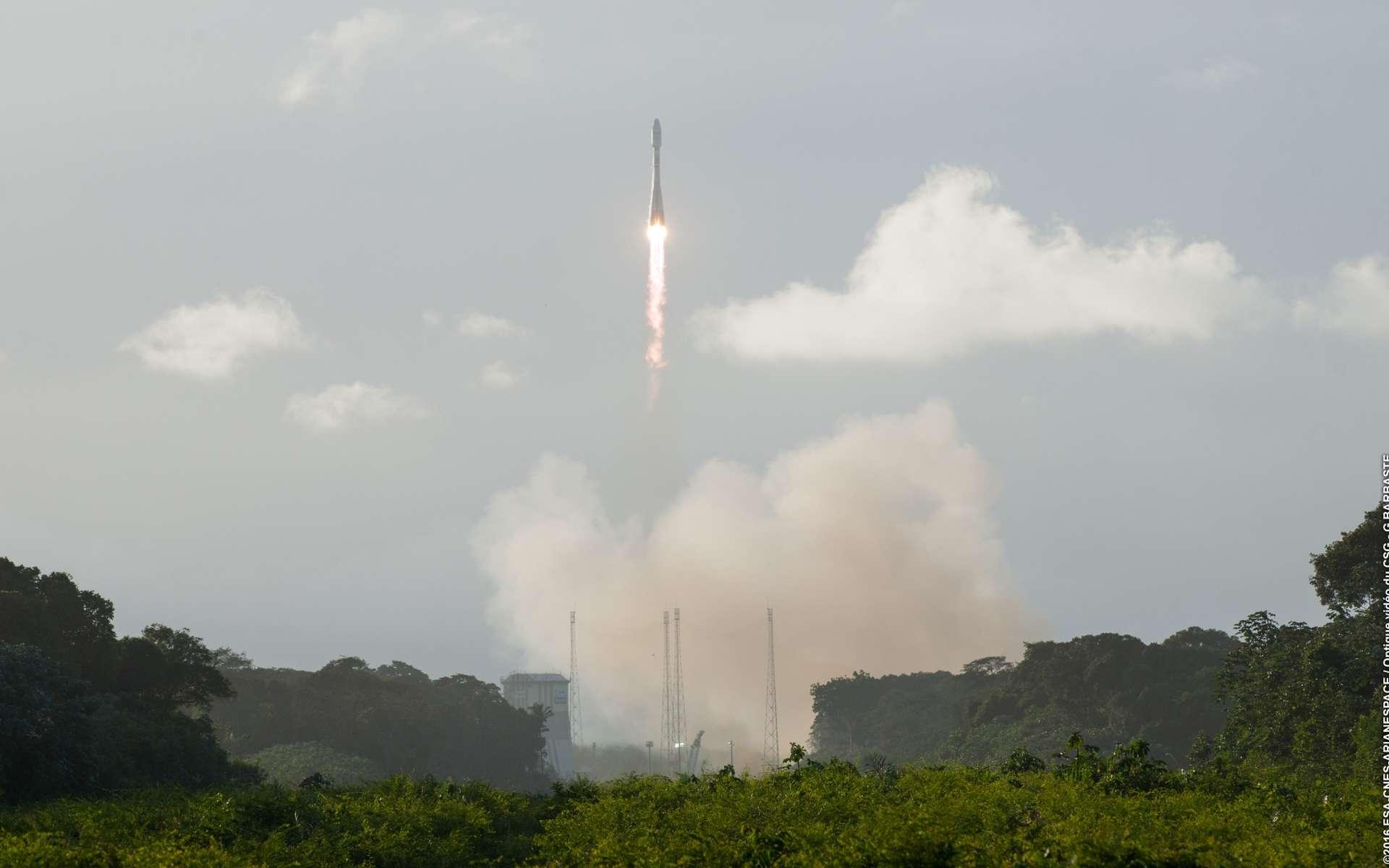 Pour son quatorzième décollage depuis le Centre spatial guyanais de Kourou, le lanceur russe Soyouz a emporté une charge de plus de trois tonnes, dont 2.164 kg pour le satellite Sentinel-1B, 303 kg pour Microscope et trois petits kilogrammes pour les CubeSats OUFTI 1, e-st@r-II et AAUSAT 4 du programme Fly Your Satellite ! © 2016, Esa, Cnes, Arianespace, Optique vidéo du CSG, G. Barbaste