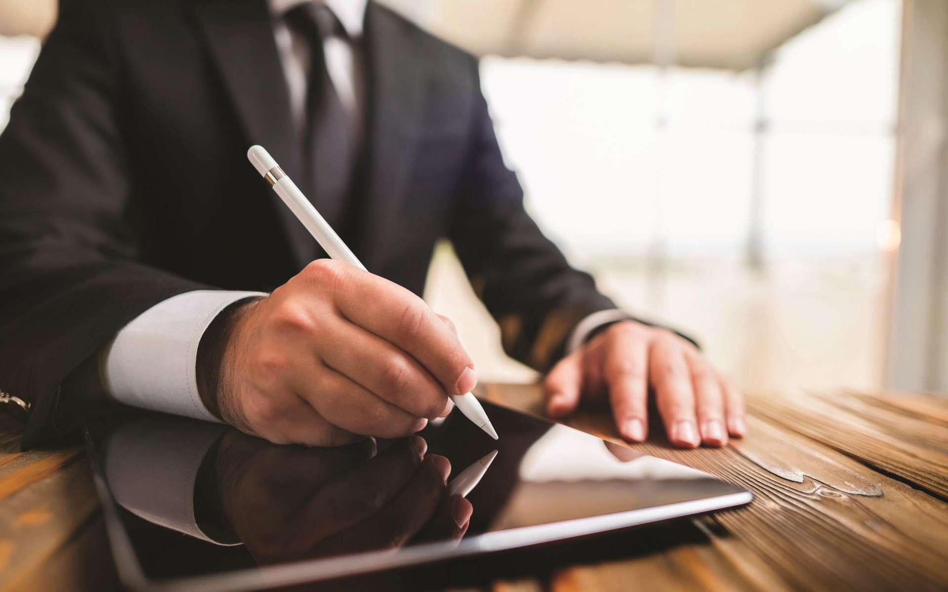 La signature électronique permet de dématérialiser les échanges dans le cadre du travail. © Certigna