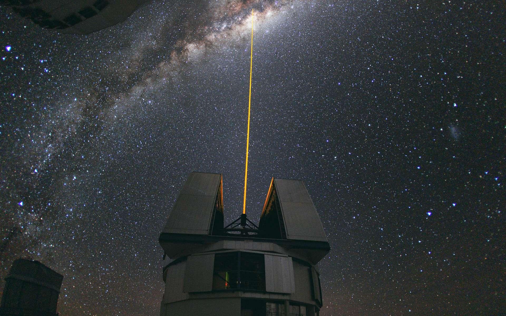 Au milieu d'août 2010, l'ambassadeur photo de l'ESO, Yuri Beletsky, a pris cette étonnante photo à l'observatoire ESO de Paranal. Un groupe d'astronomes observait le centre de la Voie lactée en utilisant l'installation d'étoile laser guide à Yepun, l'un des quatre grands téléscopes qui constituent le VLT. Le laser de Yepun traverse le majestueux ciel austral et crée une étoile artificielle à une altitude de 90 km, haut dans la mésosphère terrestre. Le LGS (Laser Guide Star) fait partie du système d'optique adaptative du VLT et est utilisé comme une référence pour corriger les effets flous de l'atmosphère sur les images. © ESO, Y. Beletsky
