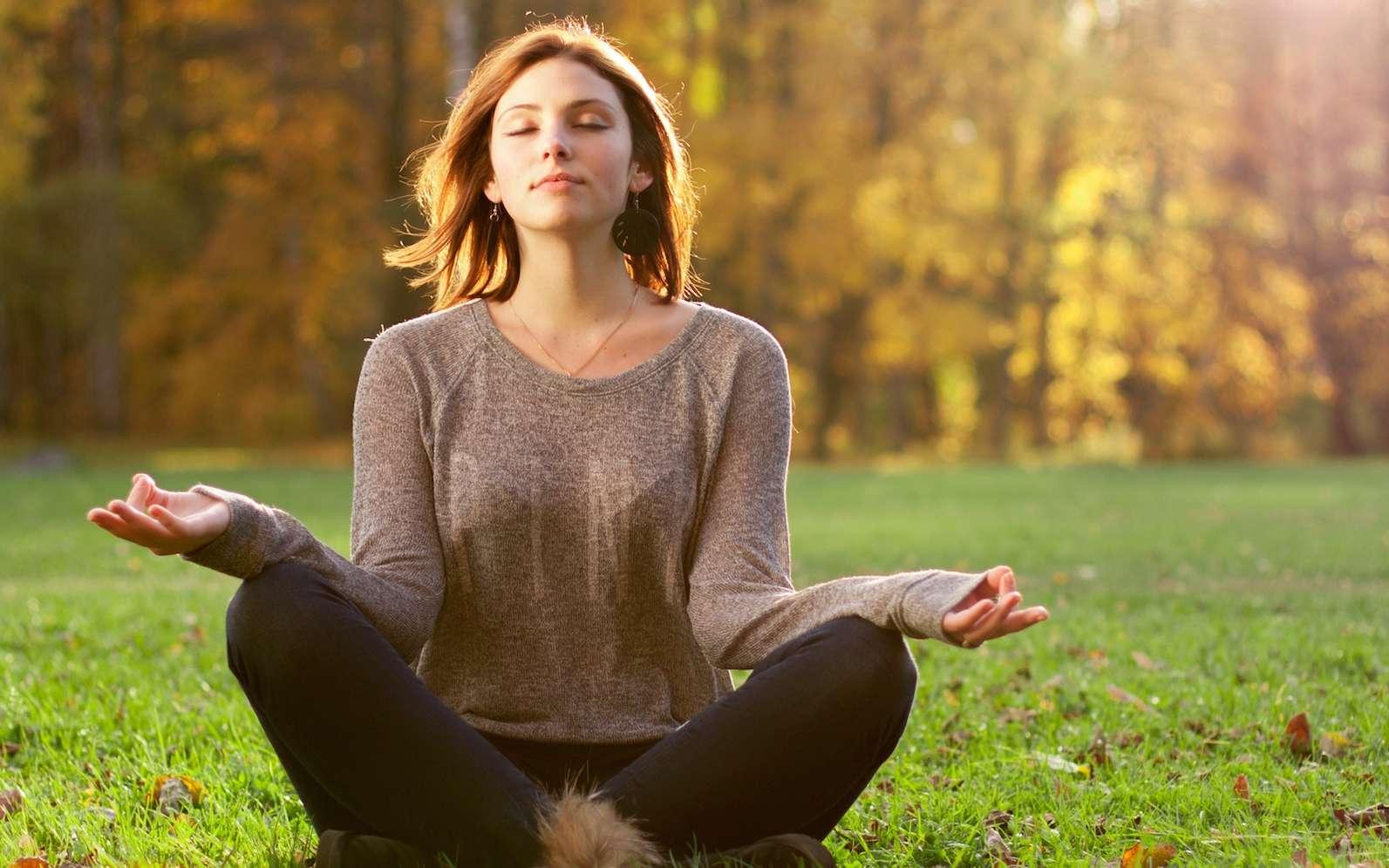 Quels sont les bienfaits de la méditation ? Après cinq séances de vingt minutes, la plupart des « méditants » ont remarqué une diminution de leur niveau de stress, d'anxiété, de dépression, de colère et de fatigue. © Evdokimov Maxim, shutterstock.com