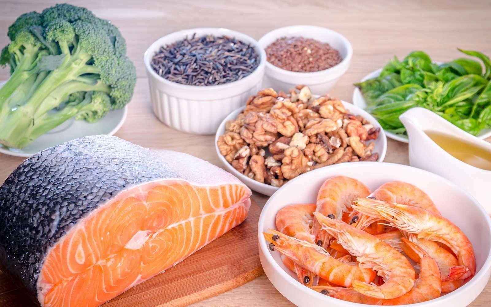 Une sélection d'ingrédients riches en oméga-3. Ces acides gras sont notamment présents dans les poissons des mers froides et dans les huiles de colza ou de noix. © alexpro9500, Shutterstock