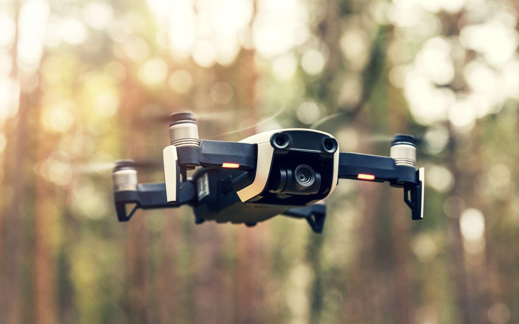 Si les drones ont d'abord eu une vocation militaire, le développement d'un marché civil a connu un essor important à partir des années 2010 grâce à des appareils miniaturisés, à prix abordables et accessibles aux novices. © ronstik, fotolia