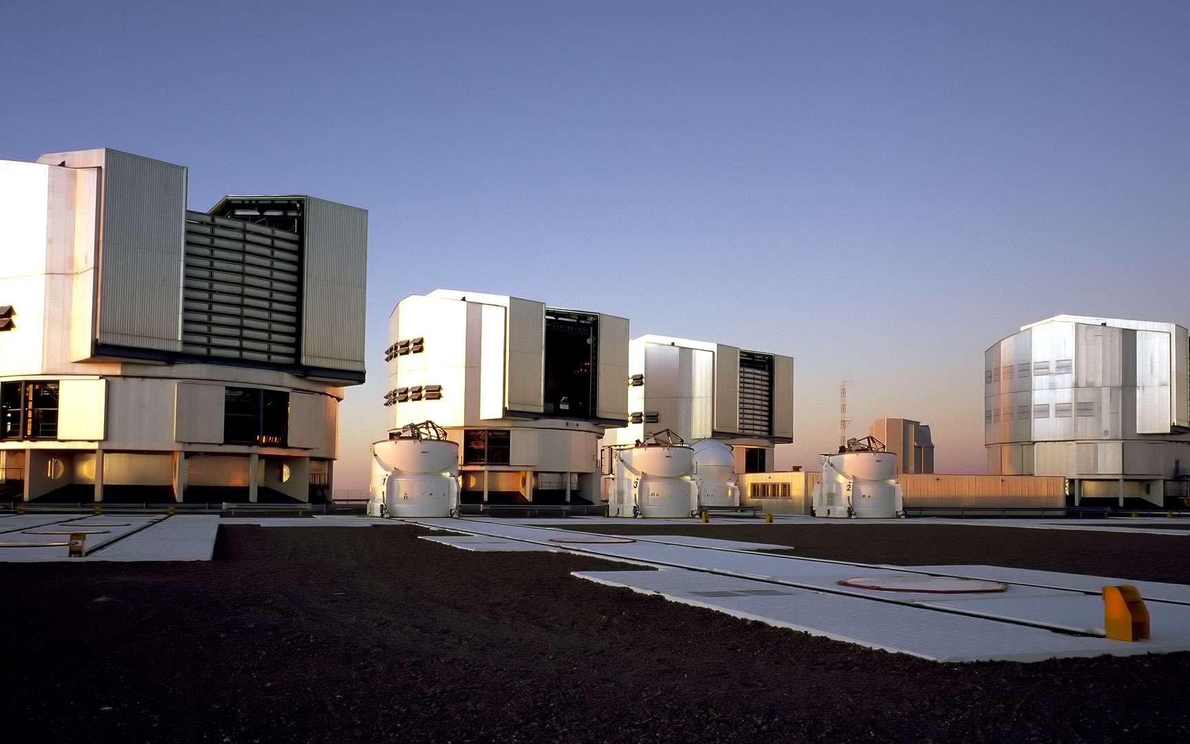 Un disque de poussière autour de l'étoile HR 4796A. Cette image acquise dans le domaine infrarouge montre le disque de poussière qui entoure l'étoile proche HR 4796A, distante d'environ 237 années-lumière en direction de la constellation australe du Centaure. Elle fut l'une des toutes premières images produites par l'instrument Sphere, peu après son installation sur le Très Grand Télescope (VLT) de l'Eso, en mai 2014. Cette image témoigne de la formidable capacité de l'instrument à réduire l'éclat de l'étoile très brillante. Un atout essentiel pour détecter et étudier des exoplanètes dans un proche avenir. © Eso, J.-L. Beuzit, Sphere Consortium