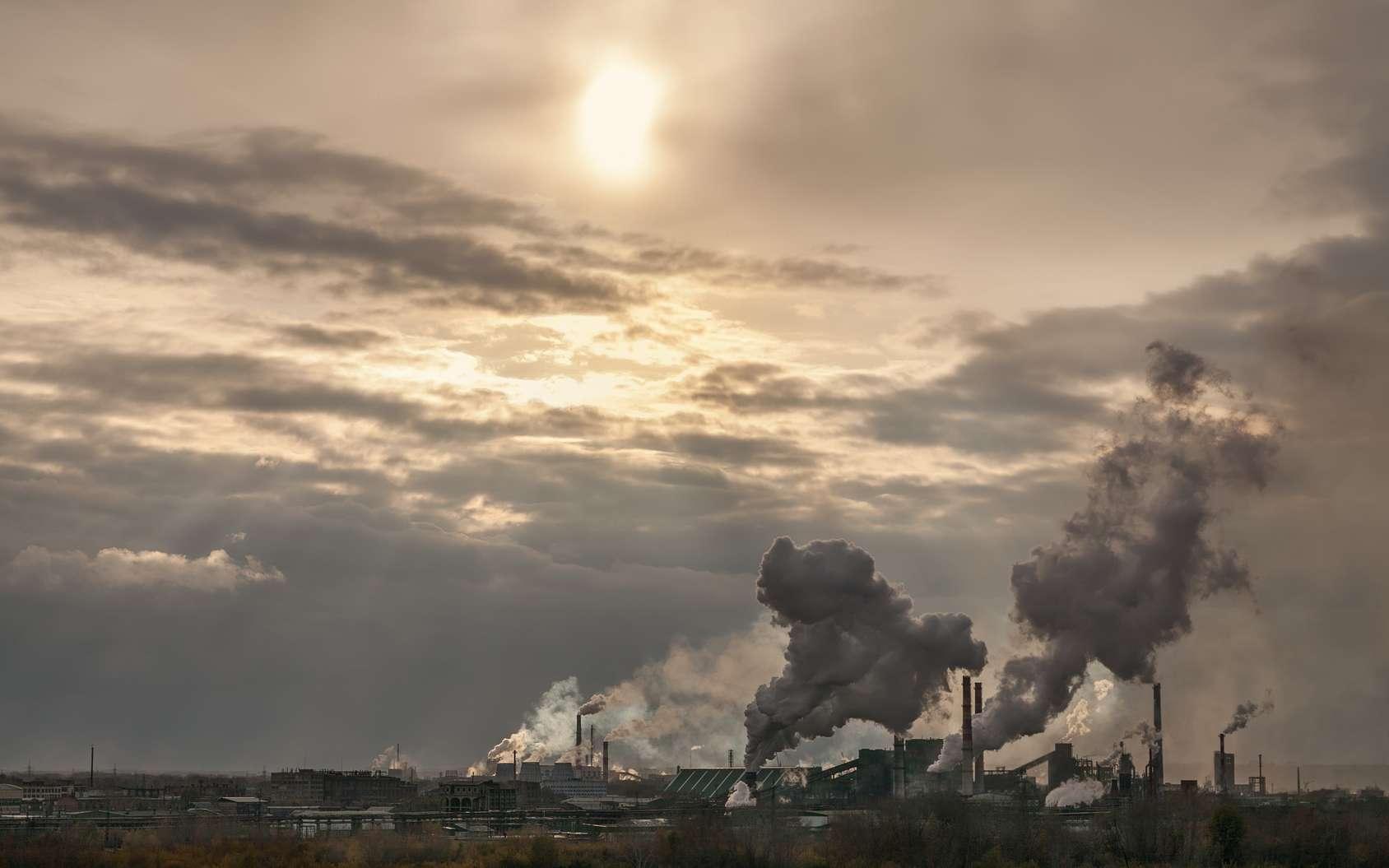 La première forme de pollution atmosphérique provient de sources de proximité comme les installations industrielles ou les véhicules. © Liubov Furs, fotolia