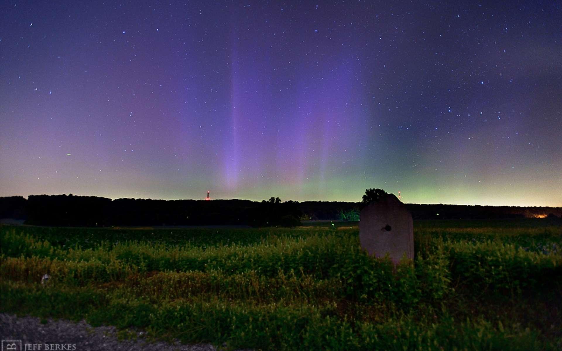 Aurore boréale photographiée le 23 juin 2015, à environ 50 km à l'ouest de Philadelphie, aux États-Unis. L'éjection de masse coronale (survenue sur le Soleil le 20 juin) a créé le surlendemain une tempête géomagnétique classée G4. Le 22 juin, notre Planète fut arrosée de rayons cosmiques durant deux heures. © Jeff Berkes
