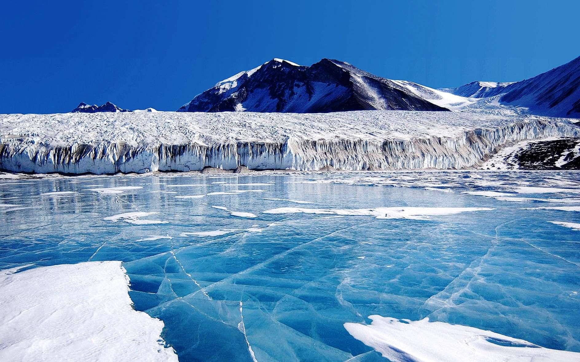 L'activité tectonique serait bien à l'origine du refroidissement de la Terre. La glace bleue couvrant le Lac Fryxell (ici en photo), en Antarctique, vient des eaux de fonte du glacier Canada et d'autres glaciers plus petits. L'eau douce se trouve en surface du lac et gèle, scellant une eau saumâtre située en dessous. L'existence de ces glaciers devrait beaucoup à la collision de l'Inde avec l'Eurasie. © Wikipédia, DP