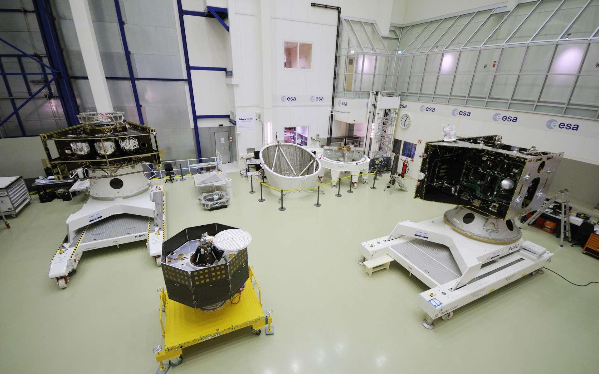 Réunis pour la première fois, l'ensemble des modules qui forment la mission BepiColombo à destination de Mercure. Au premier plan, le modèle structurel et thermique de l'orbiteur MPO (à droite) et le modèle structurel de l'orbiteur MMO. À l'arrière plan à gauche, le modèle structurel et thermique du module de transfert et au fond à droite le bouclier solaire et la structure qui fera l'interface entre les deux orbiteurs lorsqu'ils seront intégrés en configuration de lancement. © Esa