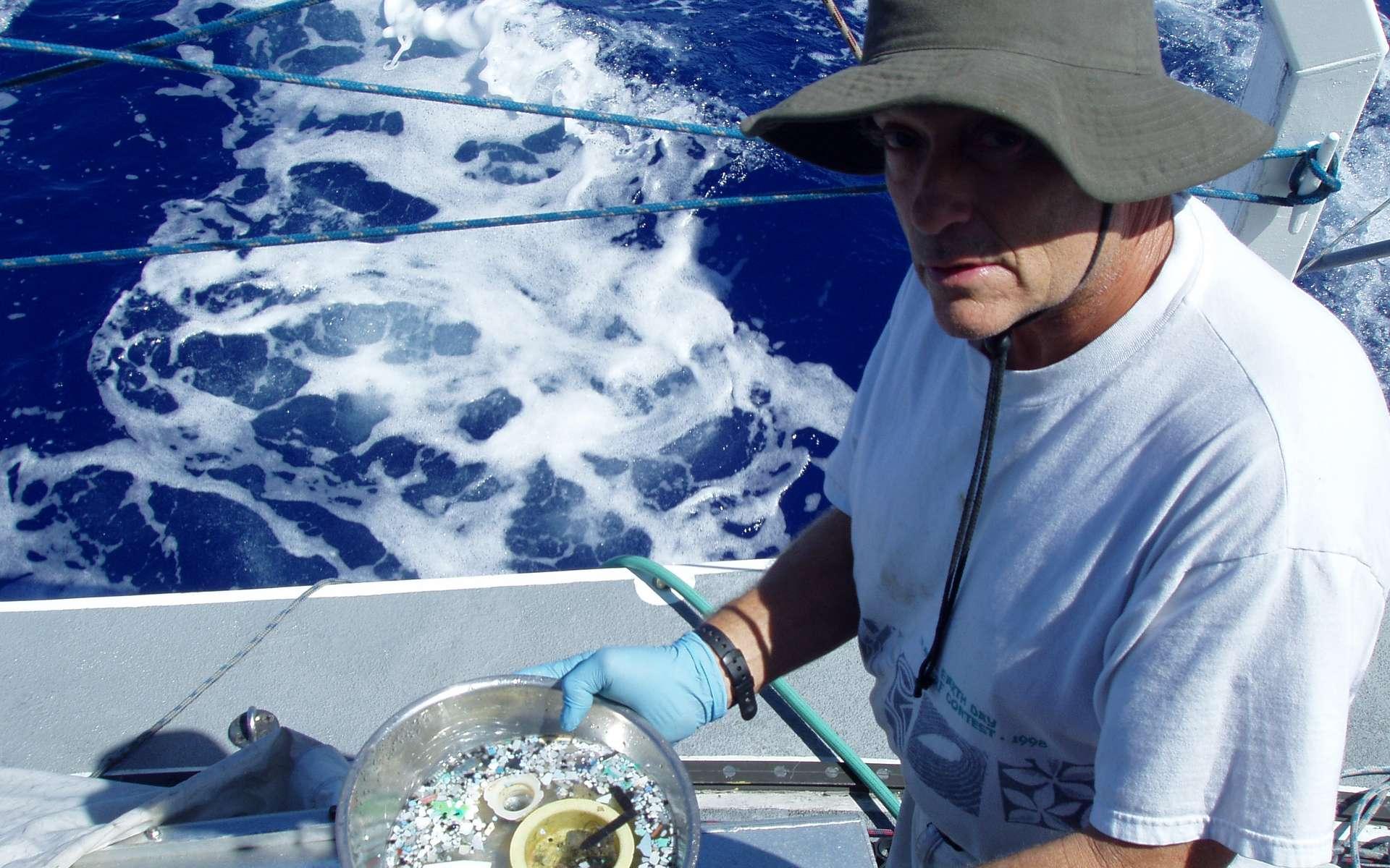 Charles Moore à bord de l'Algalita en campagne d'échantillonnage. Fondateur de l'Algalita Marine Research Institue, il est le premier à avoir lancé un appel de sensibilisation sur le problème du plastique dans les océans. « Chaque fois que je venais sur le pont pour surveiller l'horizon, je voyais une bouteille de savon, une capsule de bouteille ou un tesson de déchet plastique. J'étais là au milieu de l'océan, et il n'y avait nulle part où je pouvais aller pour éviter le plastique », explique-t-il dans sa biographie. © Algalita Marine Research Institute