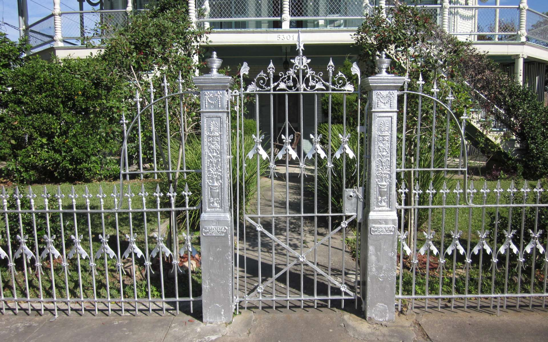 La pose d'un pilier de portail est une étape importante dans son installation. © Infrogmation of New Orleans, Wikipédia, CC-BY-SA-3.0-2.5-2.0-1.0