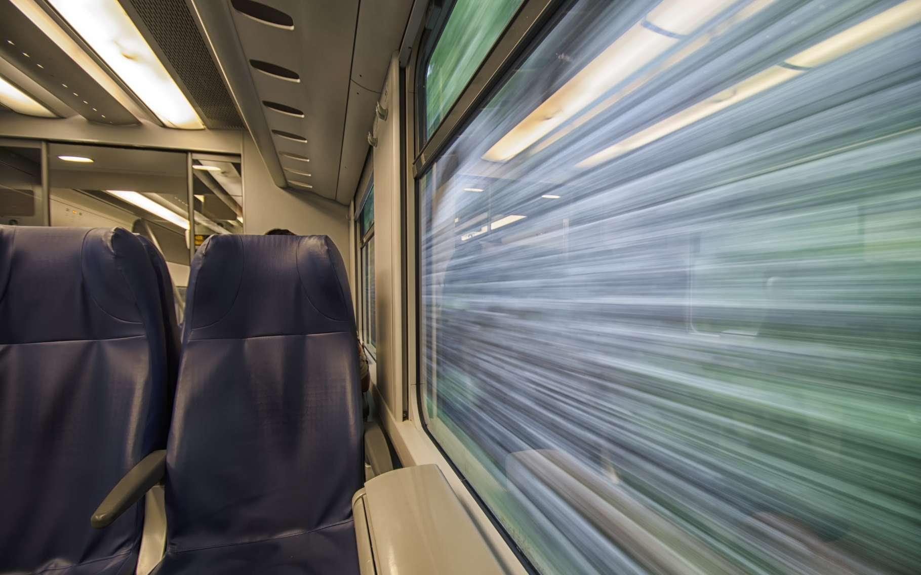 Avec une vitesse maximale qui pourrait atteindre les 1.200 km/h, le train subsonique Hyperloop ne possèdera pas de fenêtres car elles ne serviraient pas à grand-chose. Pour éviter que les passagers n'aient pas l'impression d'être trop confinés, l'idée est de remplacer les vitres par des écrans qui afficheront des images ou des informations personnalisables. © Sephirot17, Shutterstock