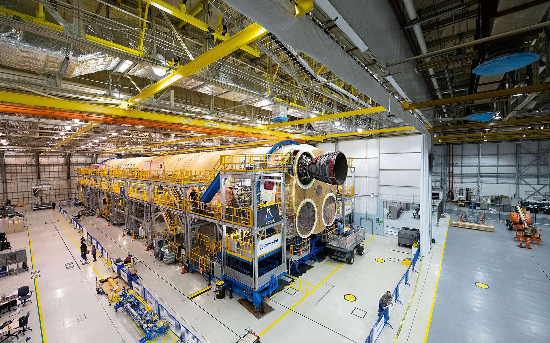 L'étage principal du lanceur SLS sur le site d'assemblage Michoud de la Nasa à La Nouvelle-Orléans. Sur cette image, prise en octobre 2019, seul un des quatre moteurs R25 a été installé. © Nasa, Éric Bordelon