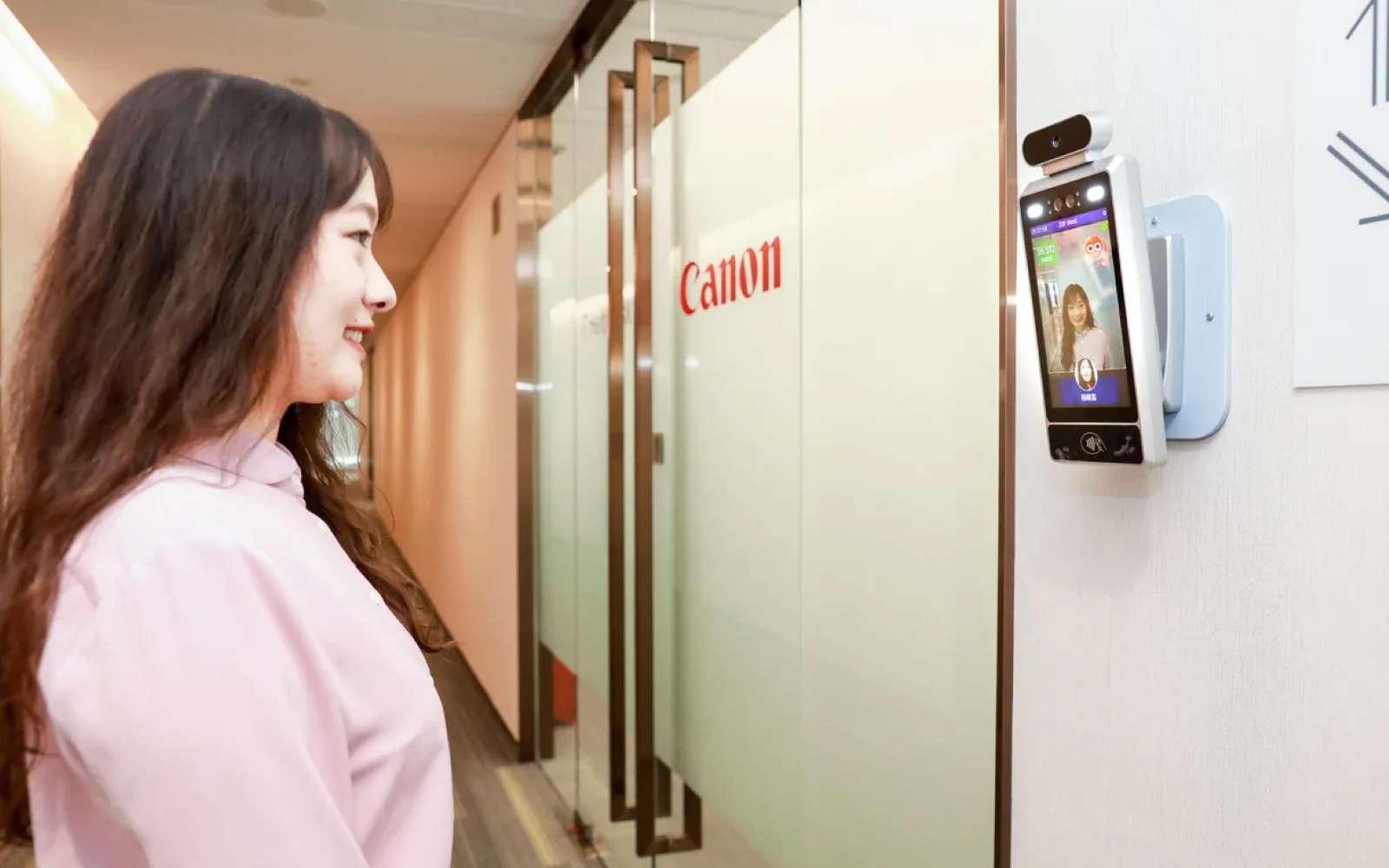 Un sourire pour entrer serait une façon d'apporter une ambiance positive au bureau selon la filiale chinoise de Canon. © Canon
