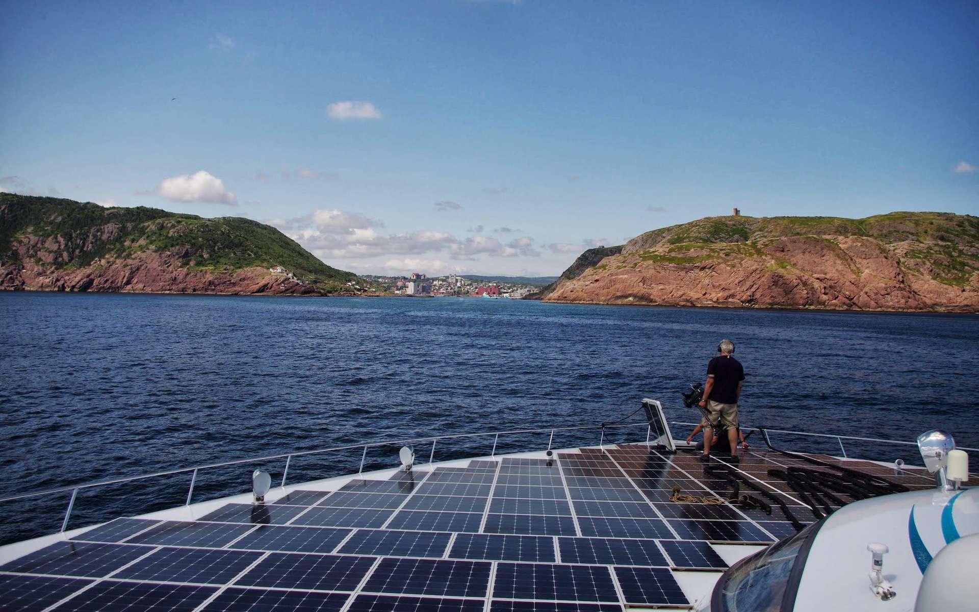 La catamaran solaire MS Tûranor PlanetSolar pèse 89 t et est alimenté par 516 m2 de panneaux solaires. Cette photographie a été prise lors de son arrivée à St-John's (Canada) le 1er août 2013. © PlanetSolar