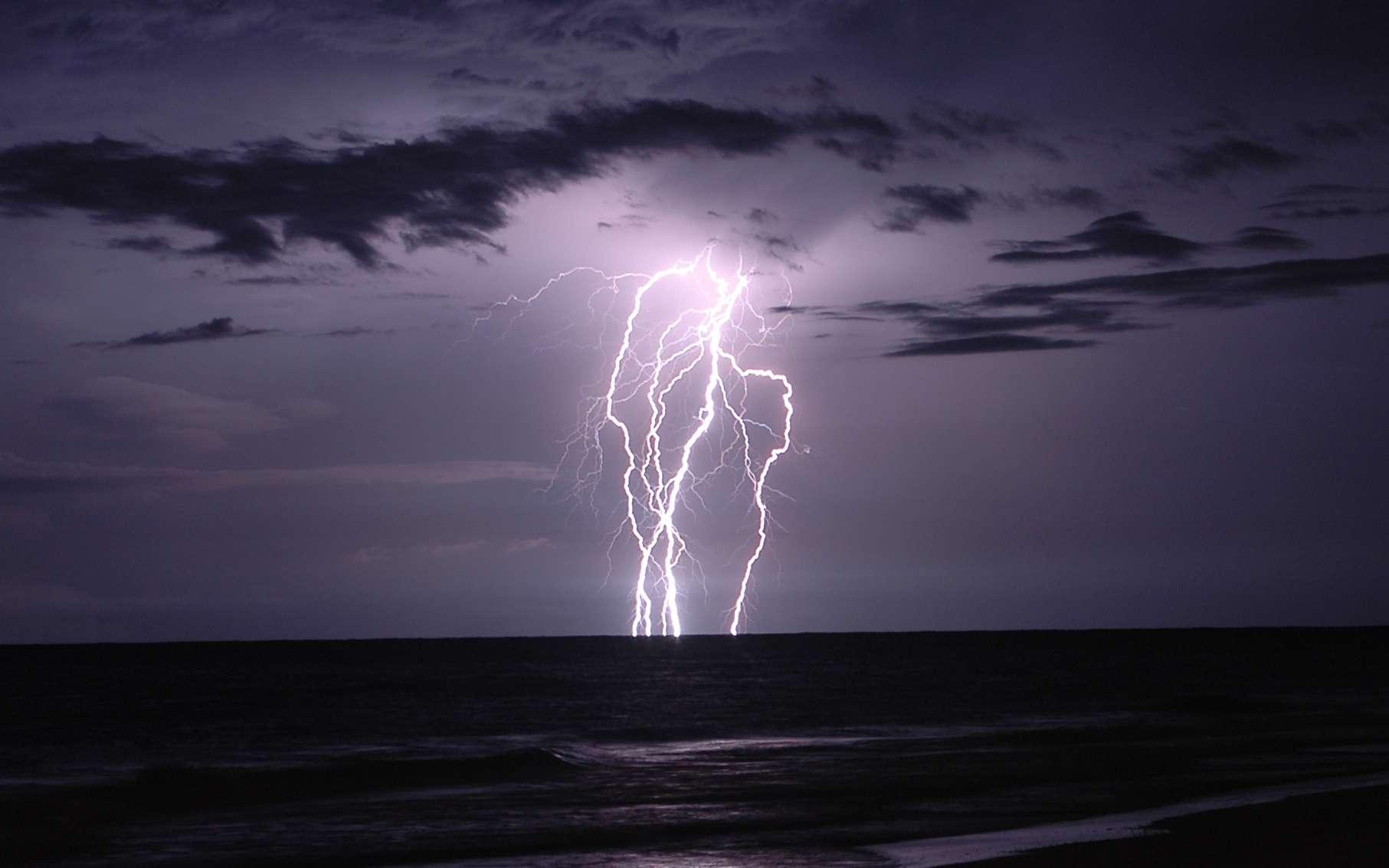 Un éclair non loin d'un rivage. À chaque instant, sur Terre, se produisent 2.000 orages, qui génèrent ensemble entre 30 et 100 éclairs entre les nuages et le sol... par seconde. Total : environ 5 millions d'éclairs par jour sur notre planète. © duane.schoon, Flickr, cc by nc sa 2.0