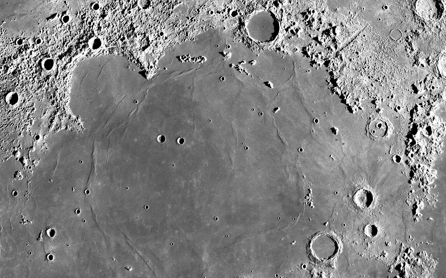 La Lune. Télescope 114/900, oculaire de 25mm barlow x2 (G=72) pose 2s sur Sensoria 200 avec un Pentax P30N - par occultation (aucune retouche).Photo prise en Septembre 2000 près de Lille (France) ©Copyright - Christian VEEGAERT. Tous droits réservés. http://astroamat.free.fr