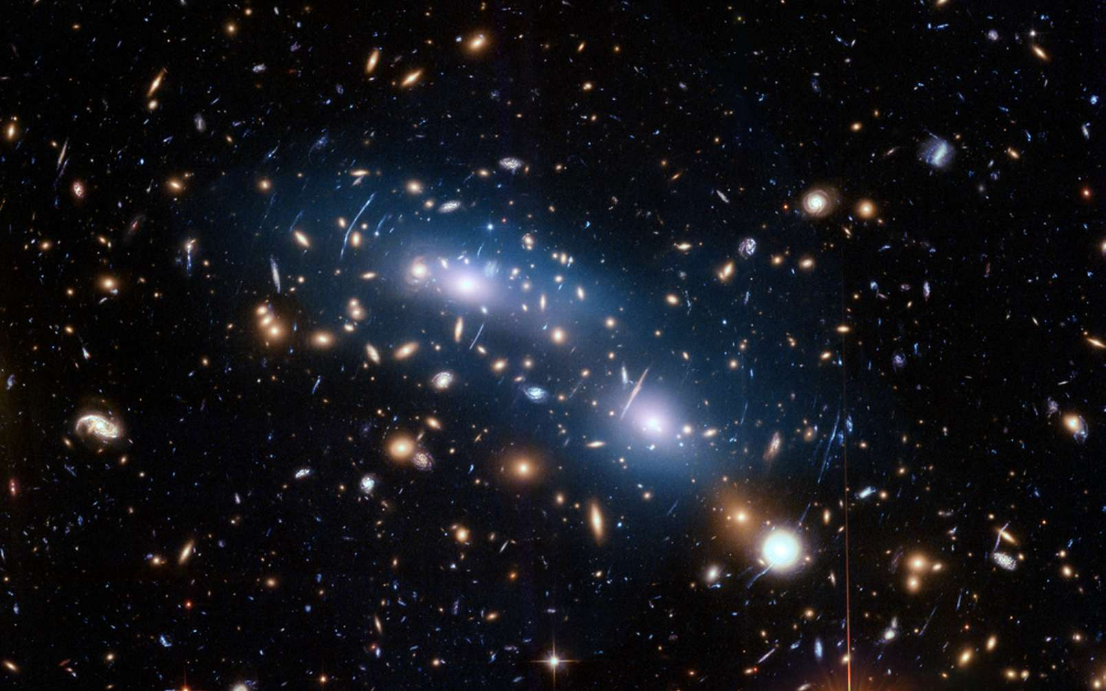 Une lumière diffuse est mise en évidence sur cette image de l'amas de galaxies MACS J0416.1-2403. Il s'agit de la lumière intra-amas produite par les étoiles arrachées des galaxies par les forces de marée. © Nasa, ESA, and M. Montes (University of New South Wales)
