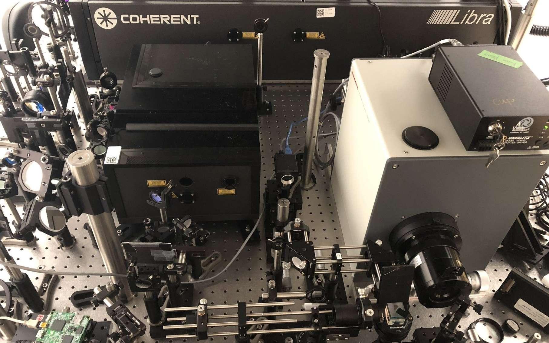Le système de photographie ultrarapide compressée fait l'acquisition de 10.000 milliards d'images par seconde. © INRS
