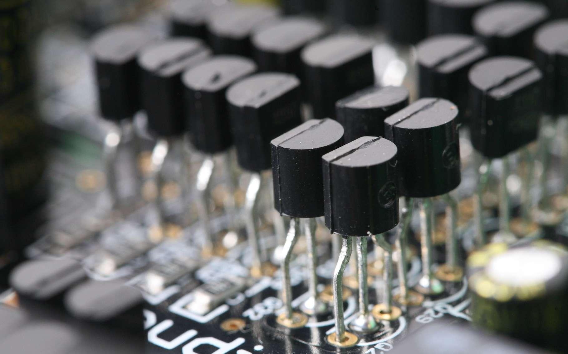Les transistors d'aujourd'hui n'ont plus grand-chose à voir avec ceux d'hier. Ils se sont tellement miniaturisés qu'on peut en compter plusieurs milliards sur une seule et même puce électronique. Et ce chiffre pourrait encore augmenter grâce à l'invention du plus petit transistor du monde par une équipe du Berkeley Lab. © pockethifi, Shuttestock