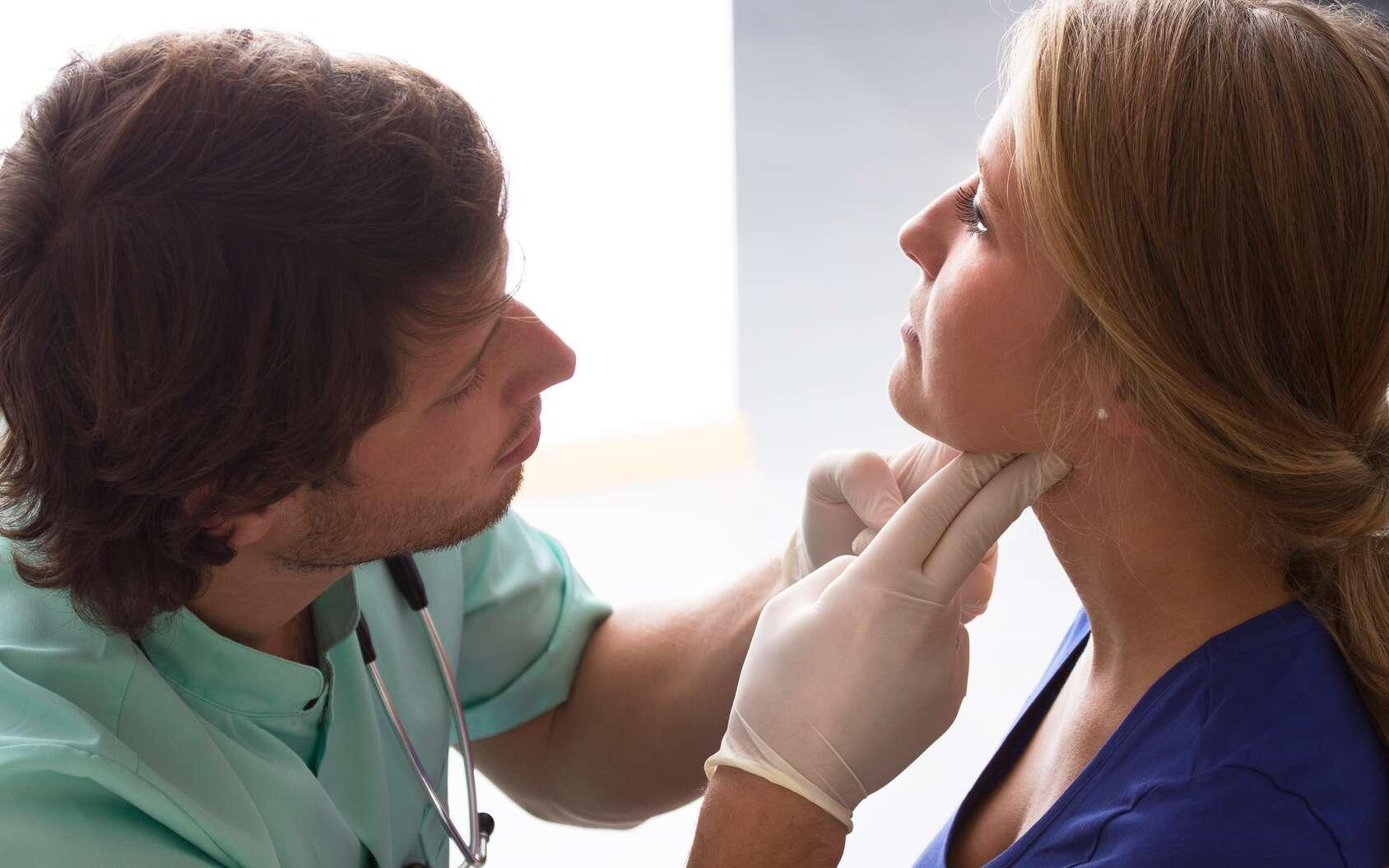 La thyroïde est une glande située à la base du cou. Pour traiter l'hypothyroïdie, il faut compenser le déficit d'hormones thyroïdiennes. C'est ce qu'est censé faire le Levothyrox. © Photographee.eu, Fotolia