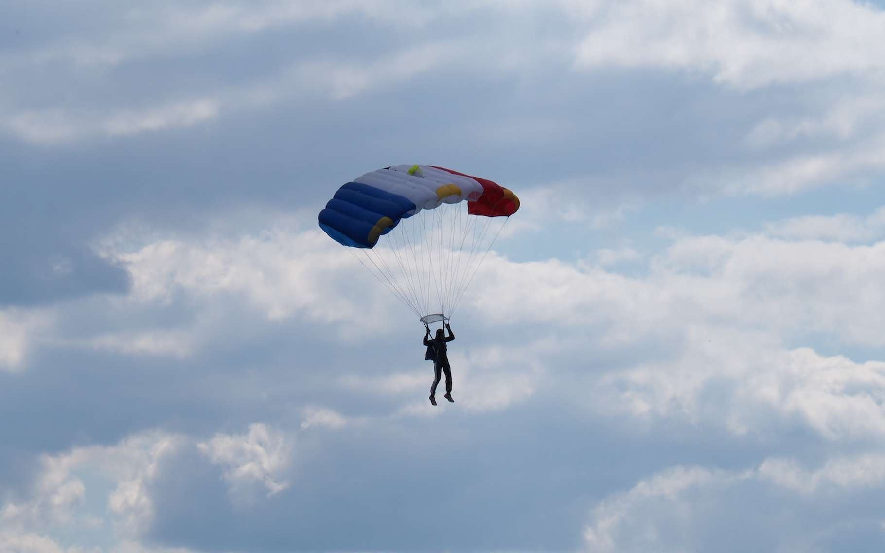 Si vous optez pour la Nouvelle-Zélande, les États-Unis ou encore les Émirats arabes unis ou le Népal pour sauter en parachute, il faudra vous assurez au préalable des règles en vigueur dans le pays en question. Elles peuvent être différentes de celles que nous connaissons en France en matière d'âge, de poids, de condition physique, etc. © Raphaël Garcin, Unsplash
