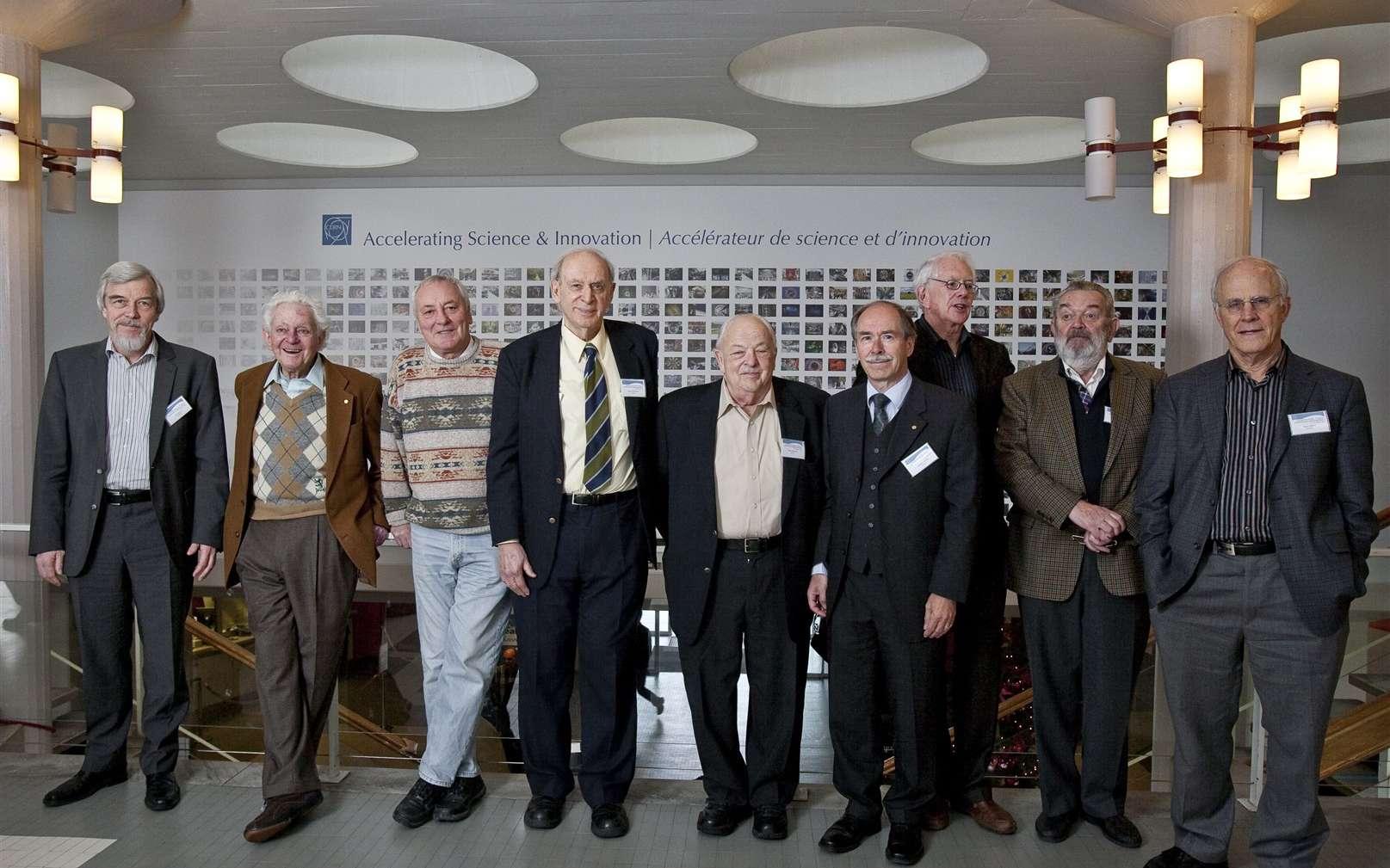 De gauche à droite, Rolf-Dieter Heuer (le directeur du Cern), Leon Lederman, Lyndon Evans, Jerome Friedman, Burton Richter, Gerardus 't Hooft, Sheldon Glashow, Martinus Veltman, David Gross. Crédit : Cern-Jean-Claude Gadmer