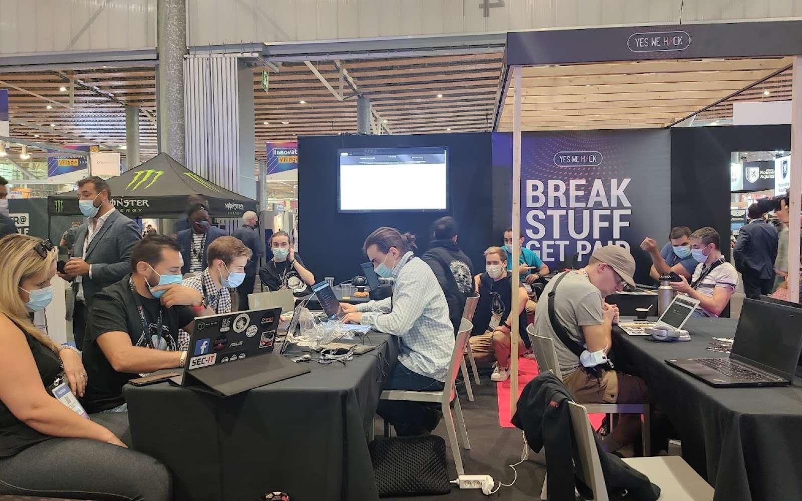 Sur le stand de Yes We Hack, une vingtaine de participants se sont retrouvés à la recherche de bugs et de vulnérabilités pour empocher des primes allant de 50 à 10.000 euros. © Futura