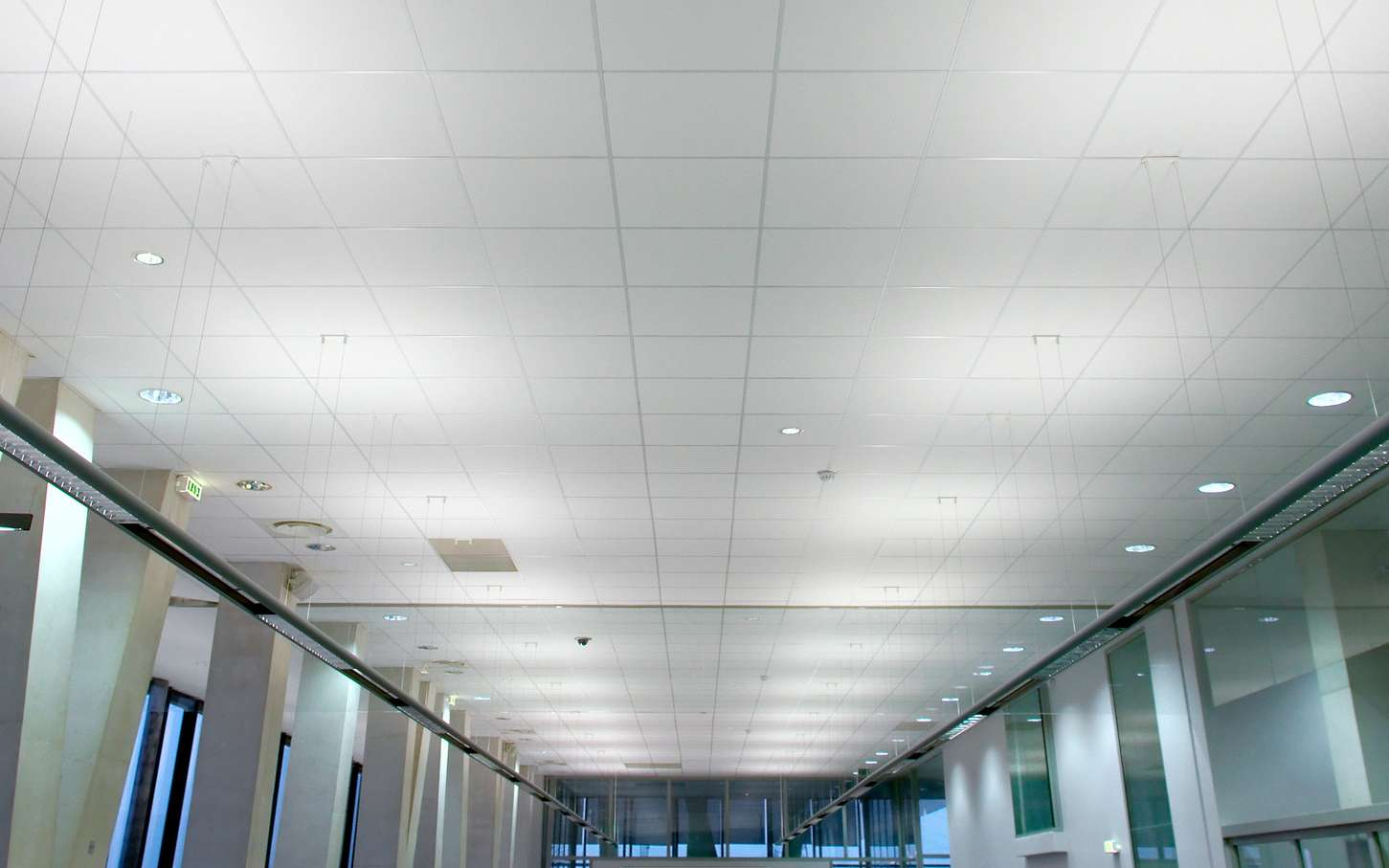 Le plafond suspendu, ou faux plafond, permet de cacher des tuyaux ou des fils électriques. © zigazou76, Flickr, CC by 2.0