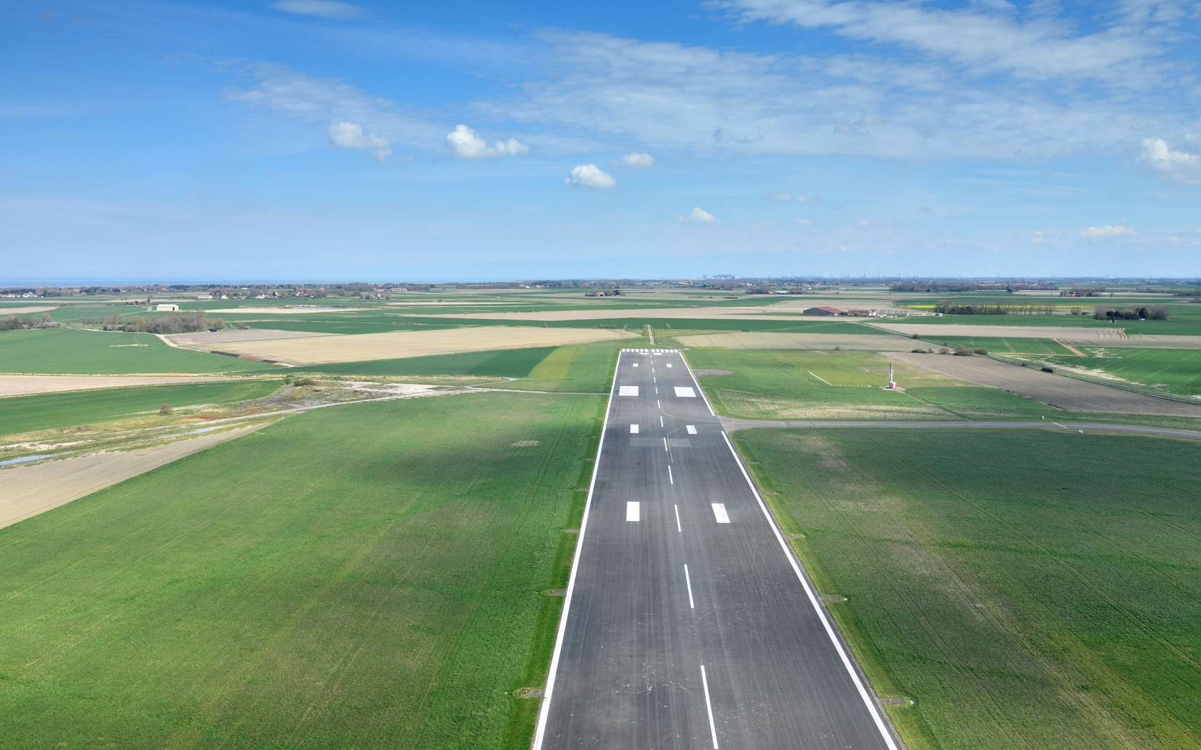 Le Diamond DA 42 utilisé pour expérimenter le système d'atterrissage autonome par GPS et caméra est un bi-moteur de quatre places apprécié pour la formation des pilotes de ligne. © Image'in, Fotolia