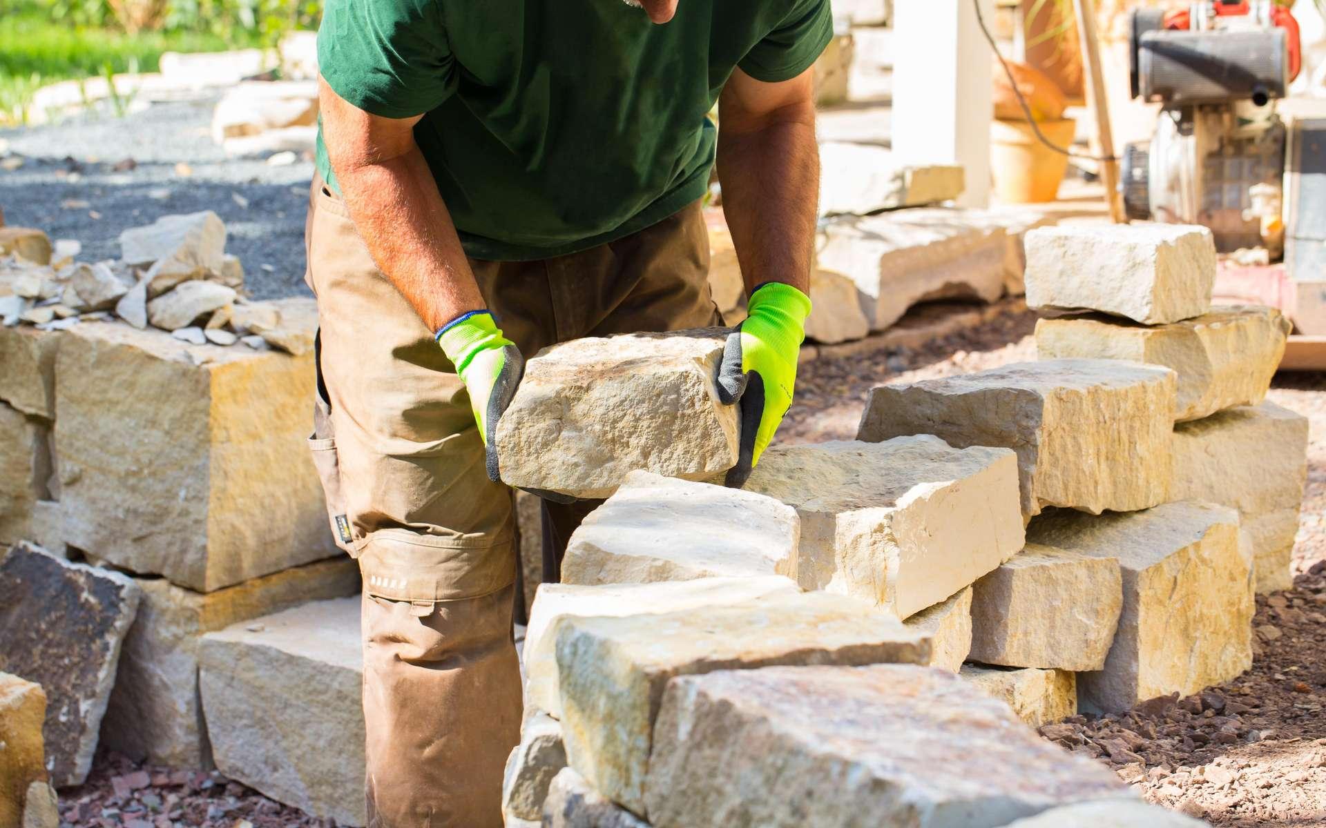 Pour construire un mur en pierre, une bonne disposition des pierres est le secret d'un mur durable. © Floydine, Adobe Stock